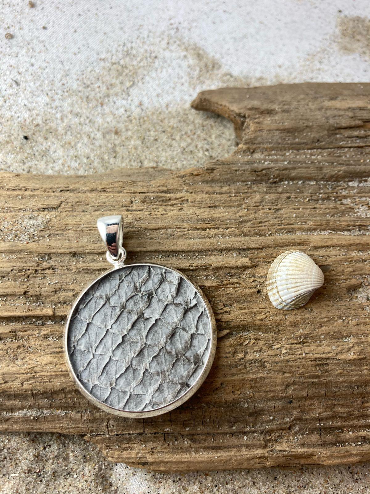 Fischereidesign - Silberanhänger, 3 cm Lachsleder, light grey