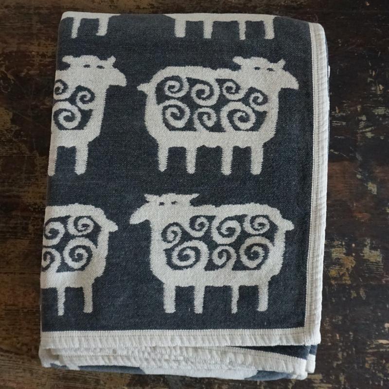 "decke ""black sheep"", 140 x 180 cm, ökobaumwollchenille, klippan yllefabrik"