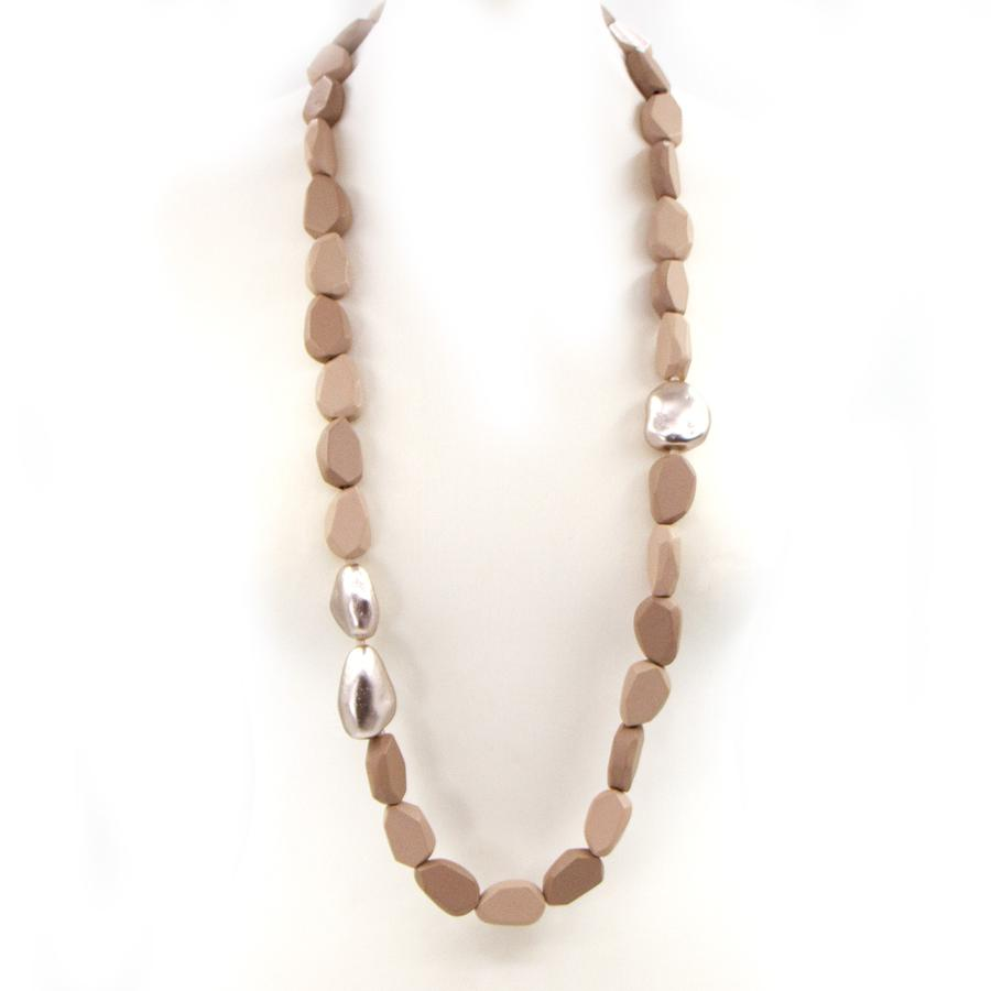 LONG WOODEN BEADED NECKLACE WITH METALLIC