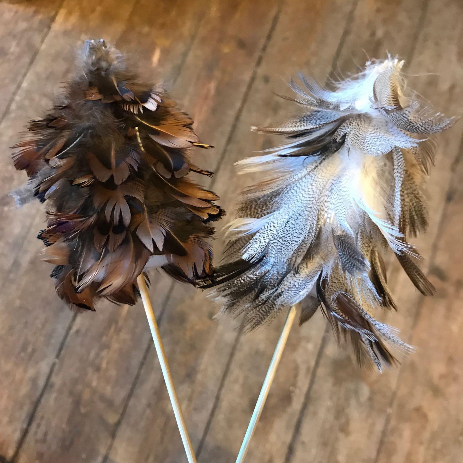 Dekor : grantre av fjær på pinne