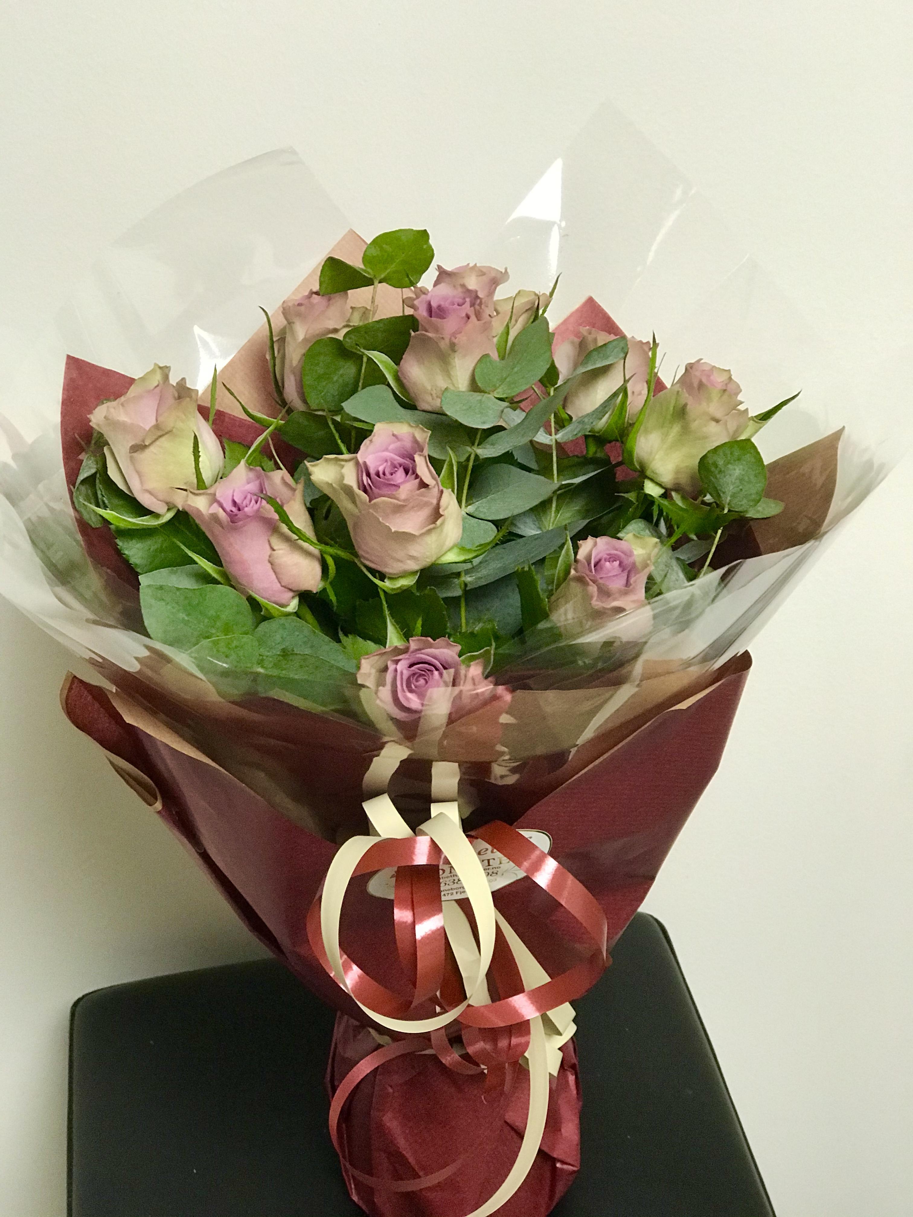 Roser i lilla med eukalyptus
