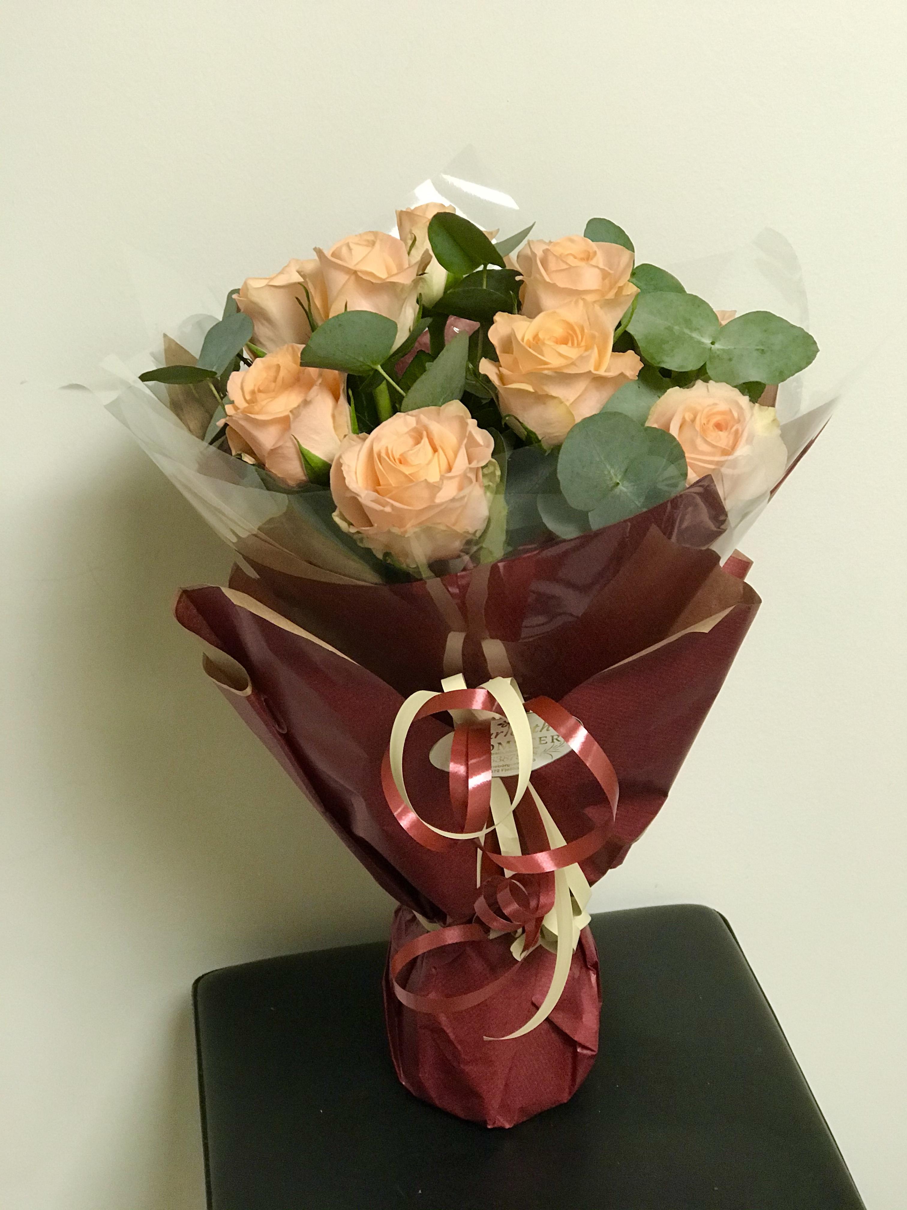 Roser i fersken med eukalyptus