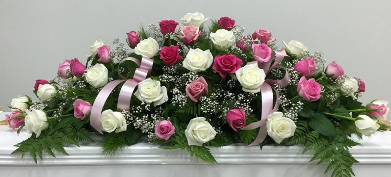 kiste dekorasjon i hvit og rosa toner