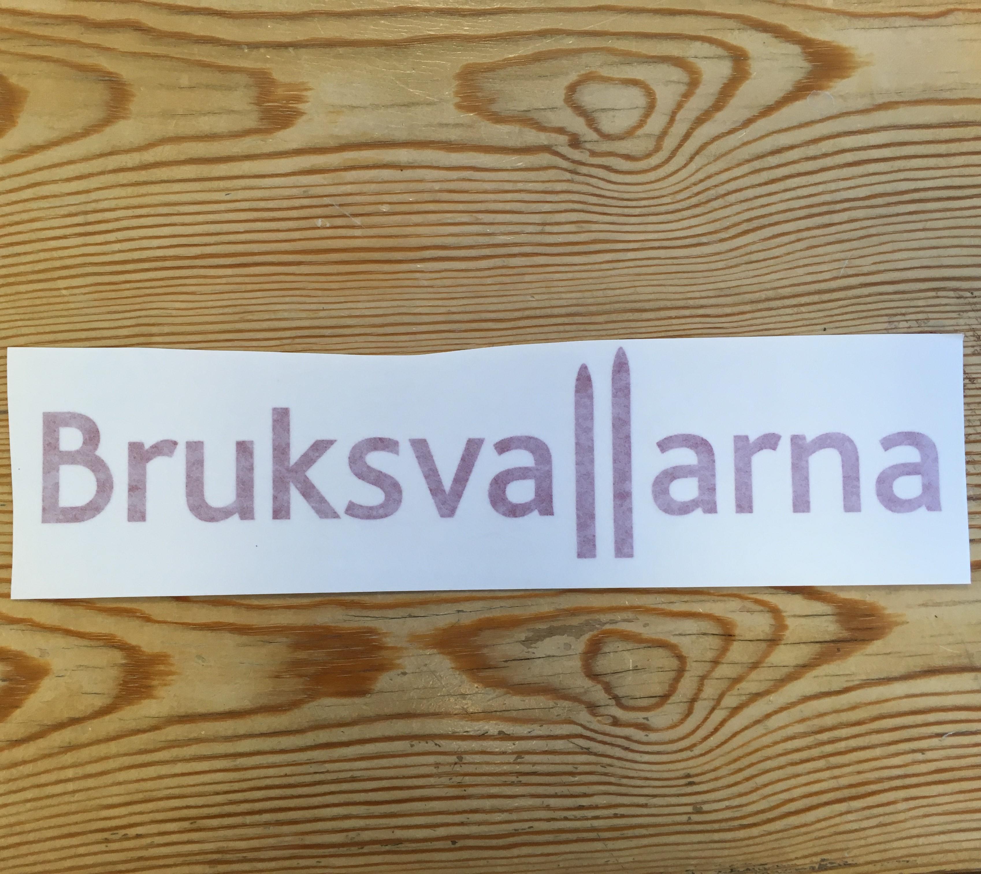Takboxdekal Bruksvallarna Röd text 30 cm bred
