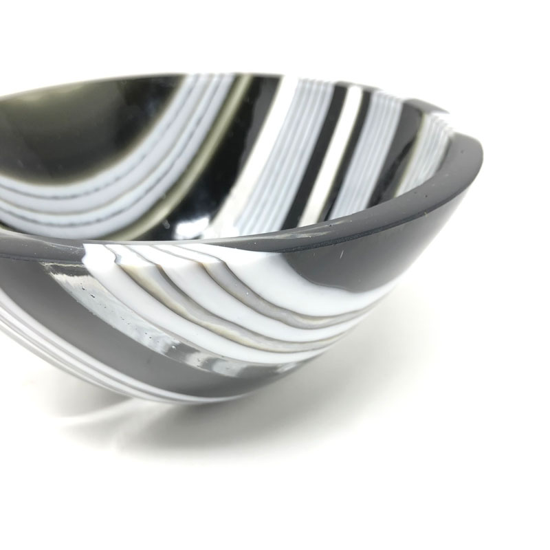 SHI058, Black and white drop vessel