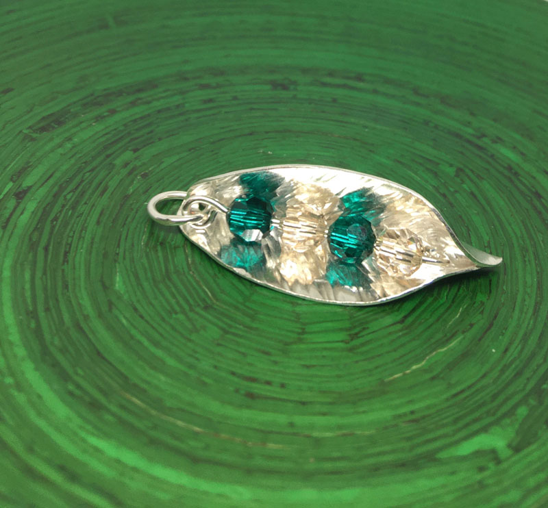 POW027, Leaf Green/Cream Crystal Necklace