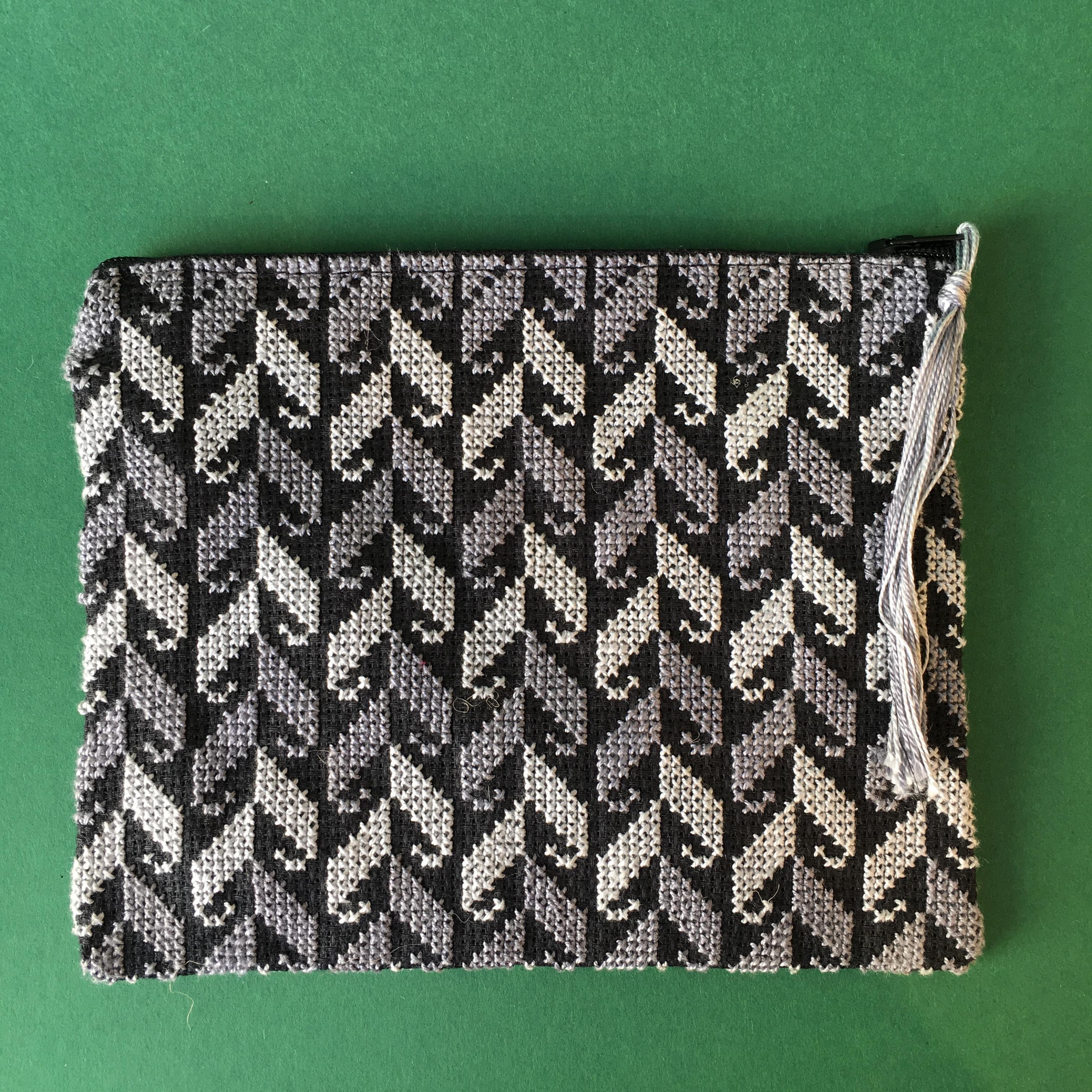 Stor brodert pung, svart og grå