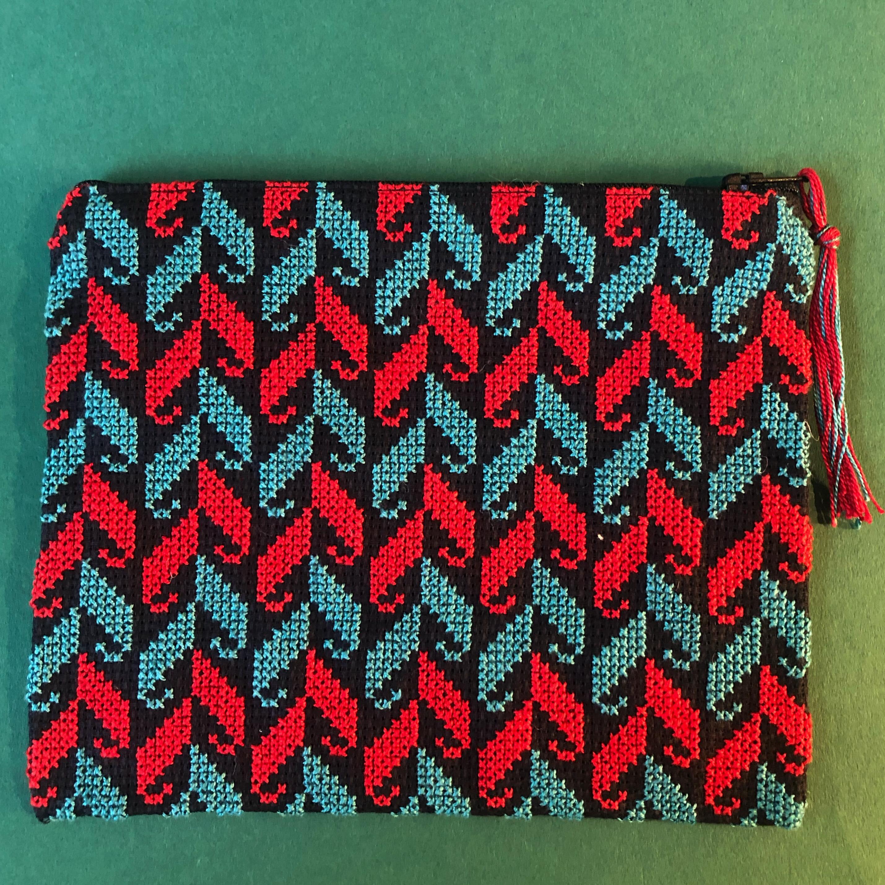 Stor brodert pung, svart, rød og blå