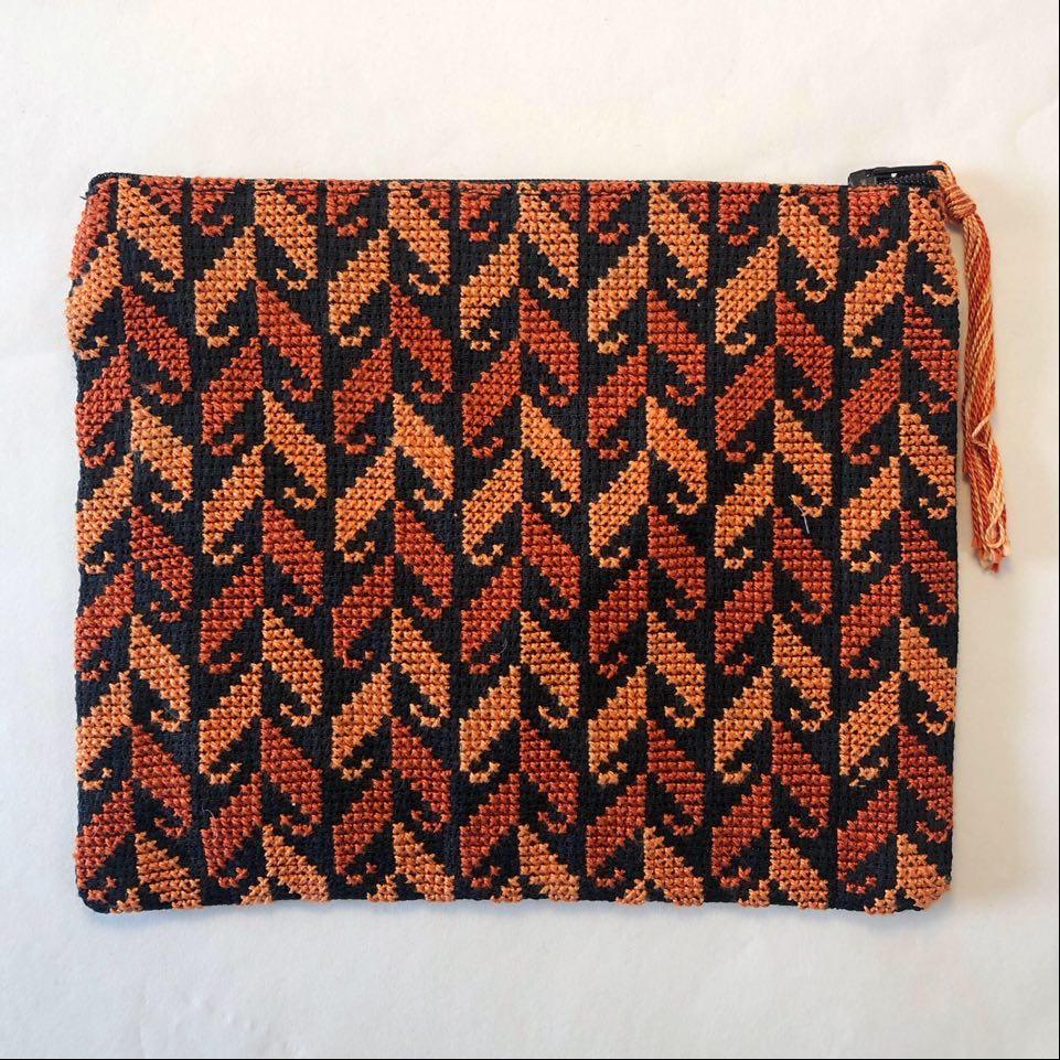 Stor brodert pung, svart og oransje