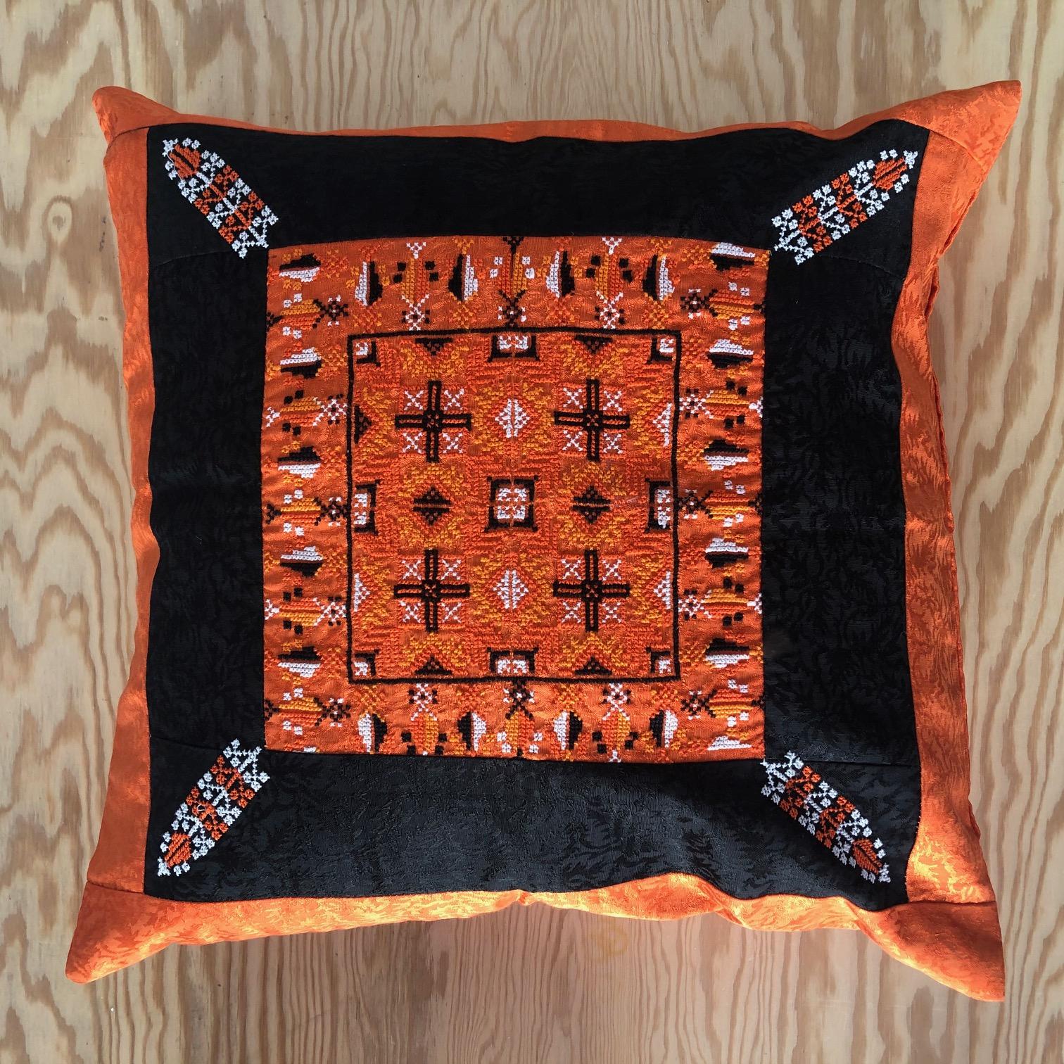 Brodert putetrekk, oransje og svart