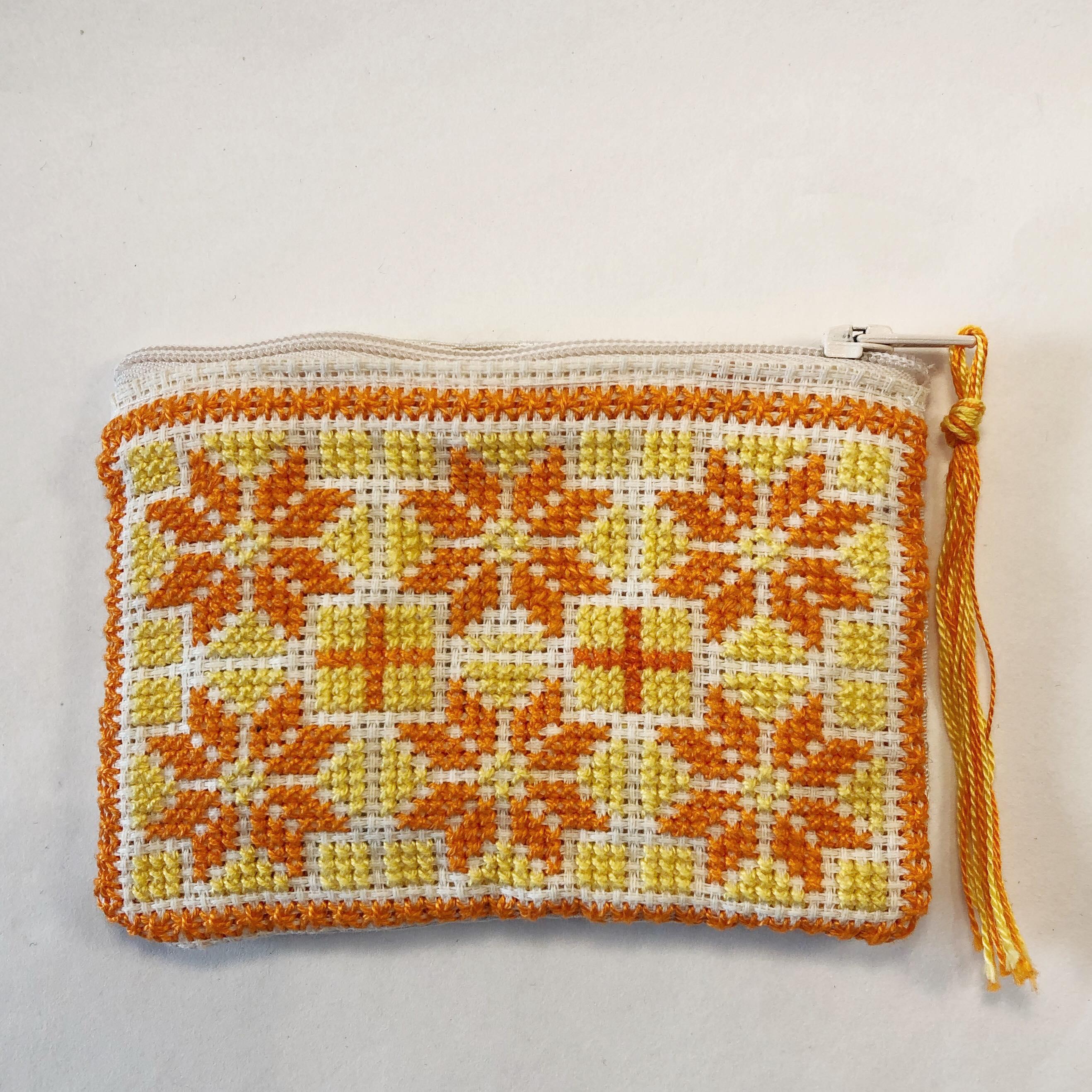 Liten brodert pung, hvit, gul og oransje