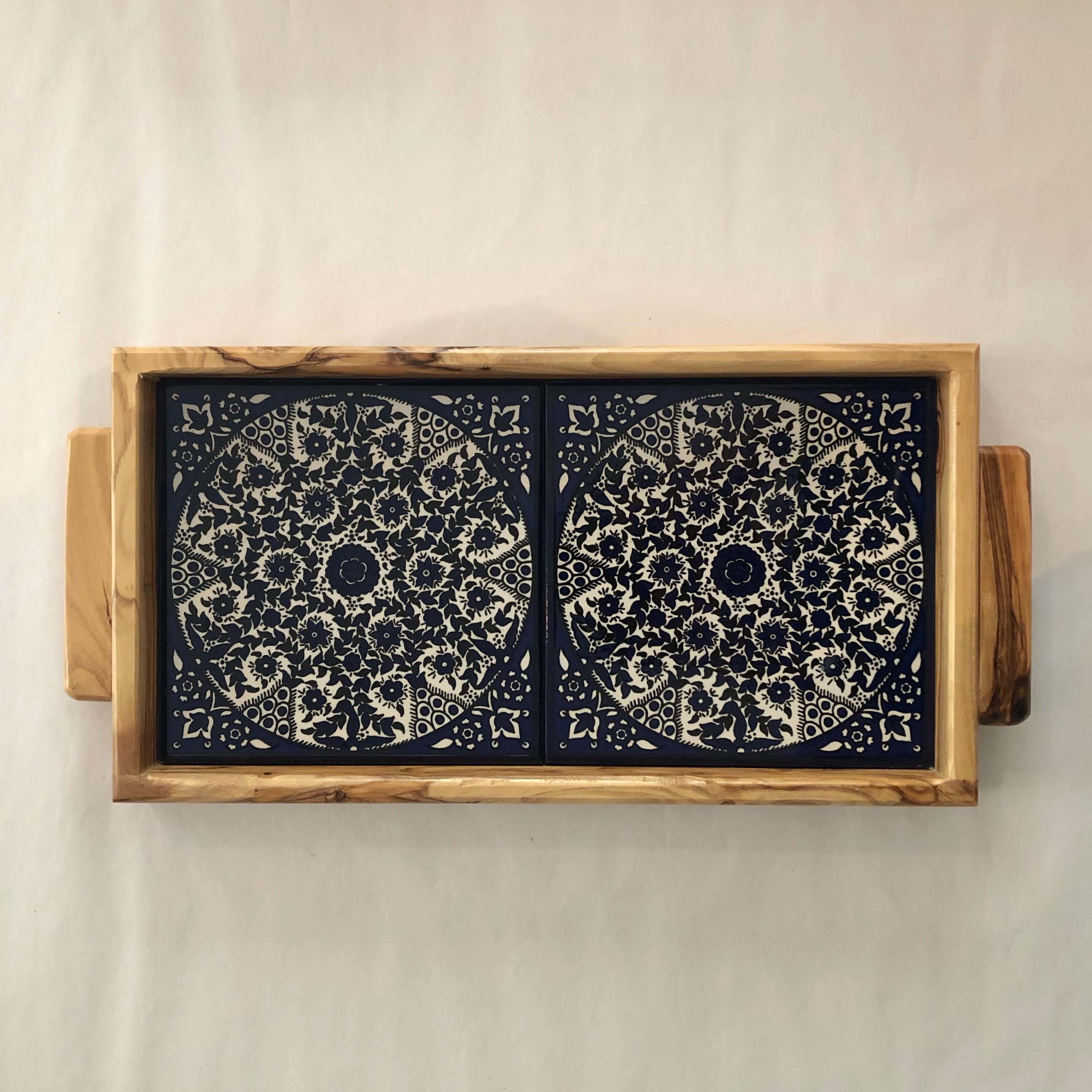 Serveringsbrett, oliventre og keramikk. Blått, lite mønster.