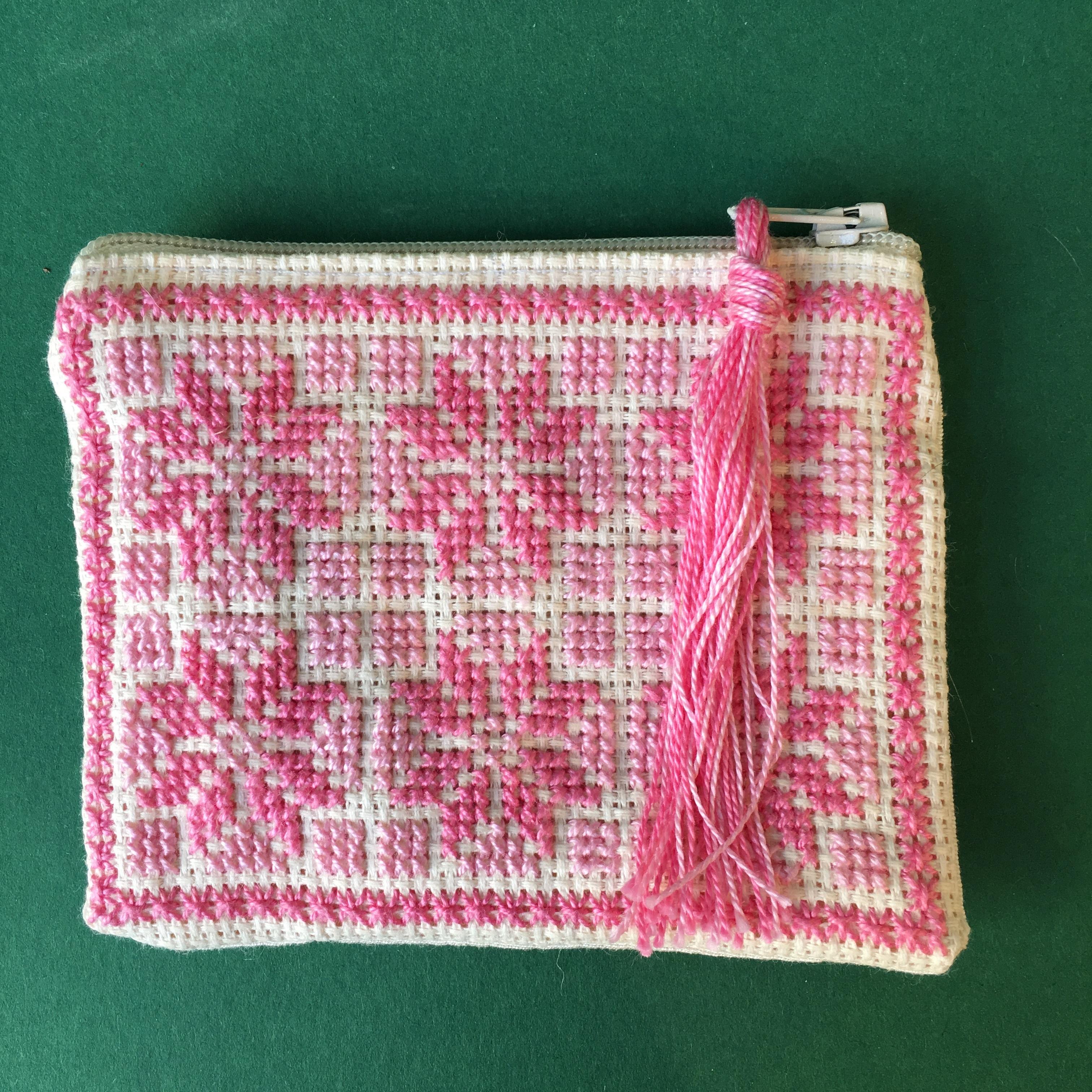 Liten brodert pung, hvit og rosa