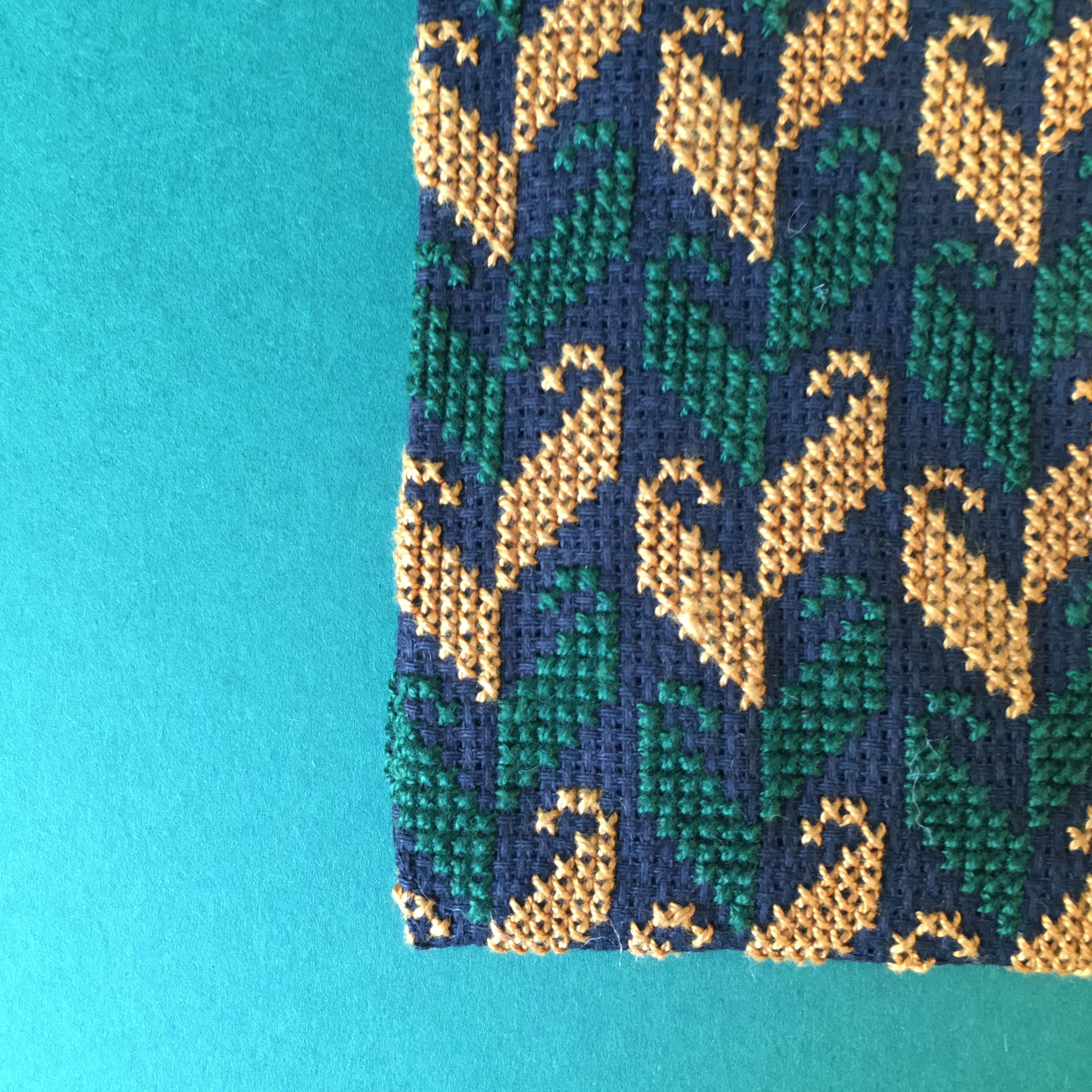 Stor brodert pung, svart, grønn og gul