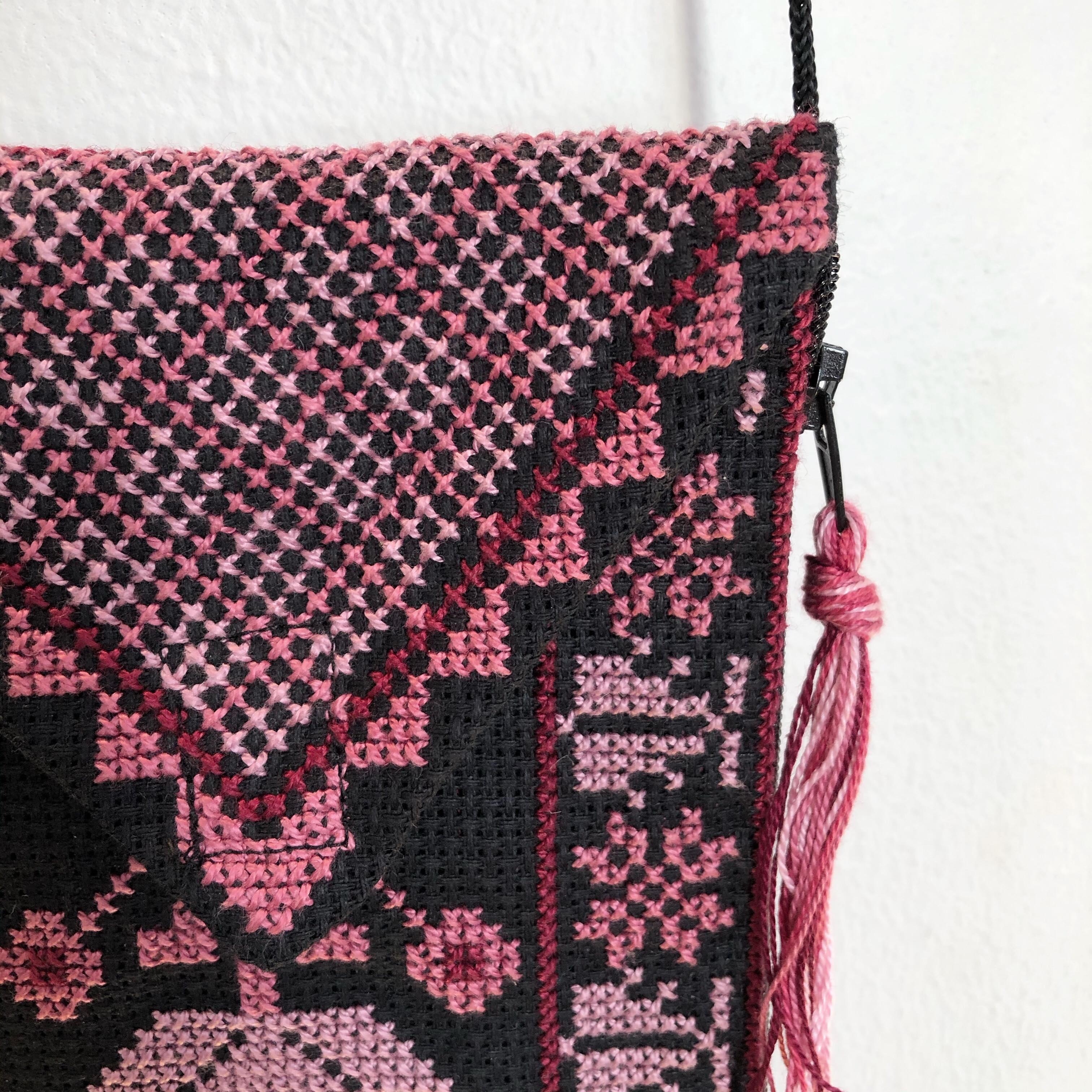 Liten brodert veske, svart og rosa