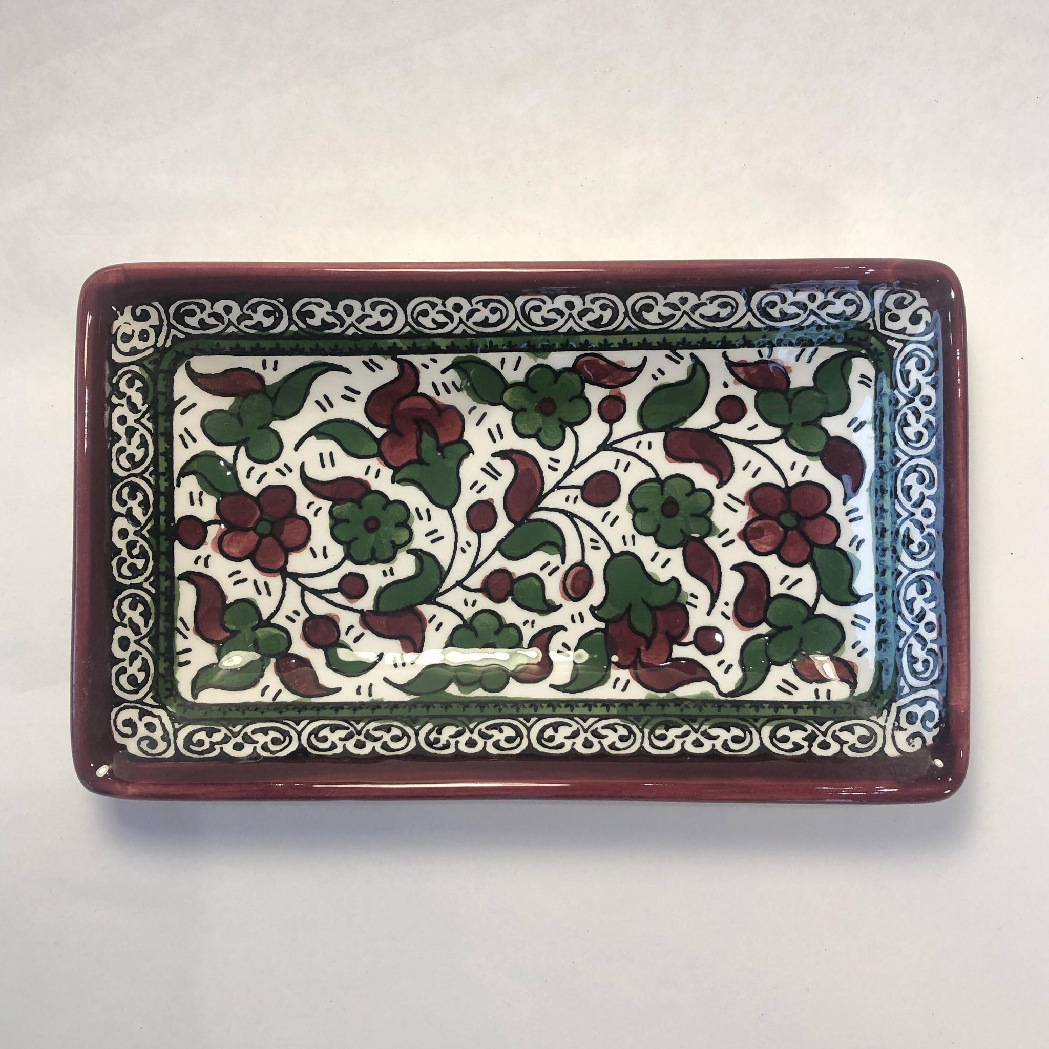 Firkantet keramikkskål, rød og grønn