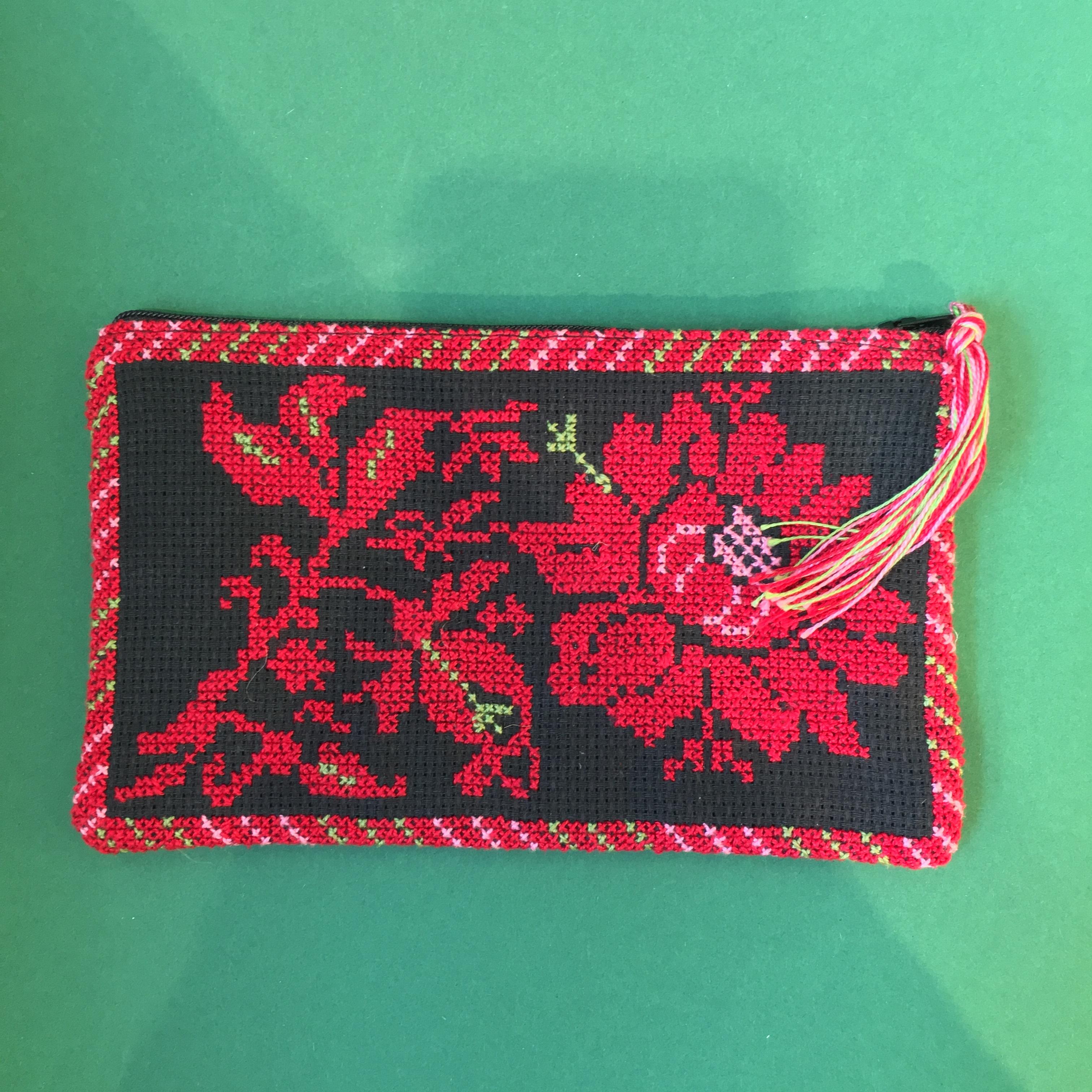 Brodert pung med rosemønster