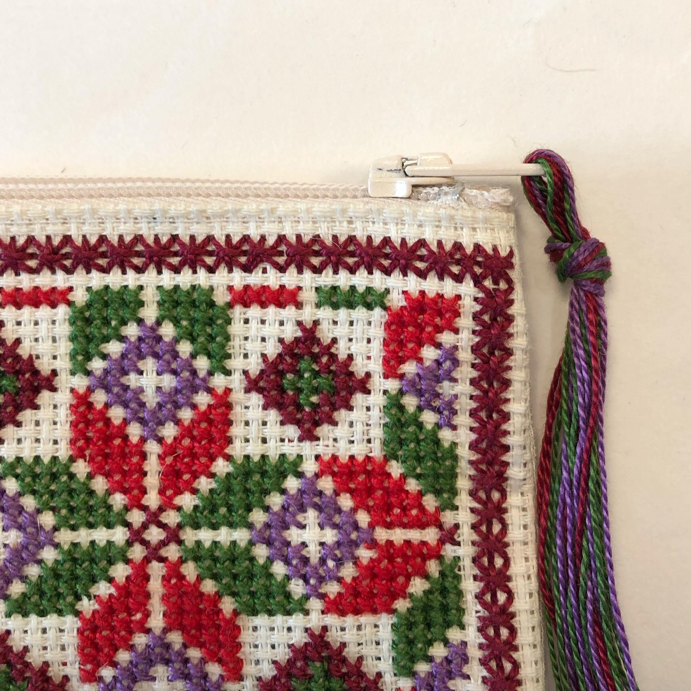 Liten brodert pung, hvit, rød og grønn