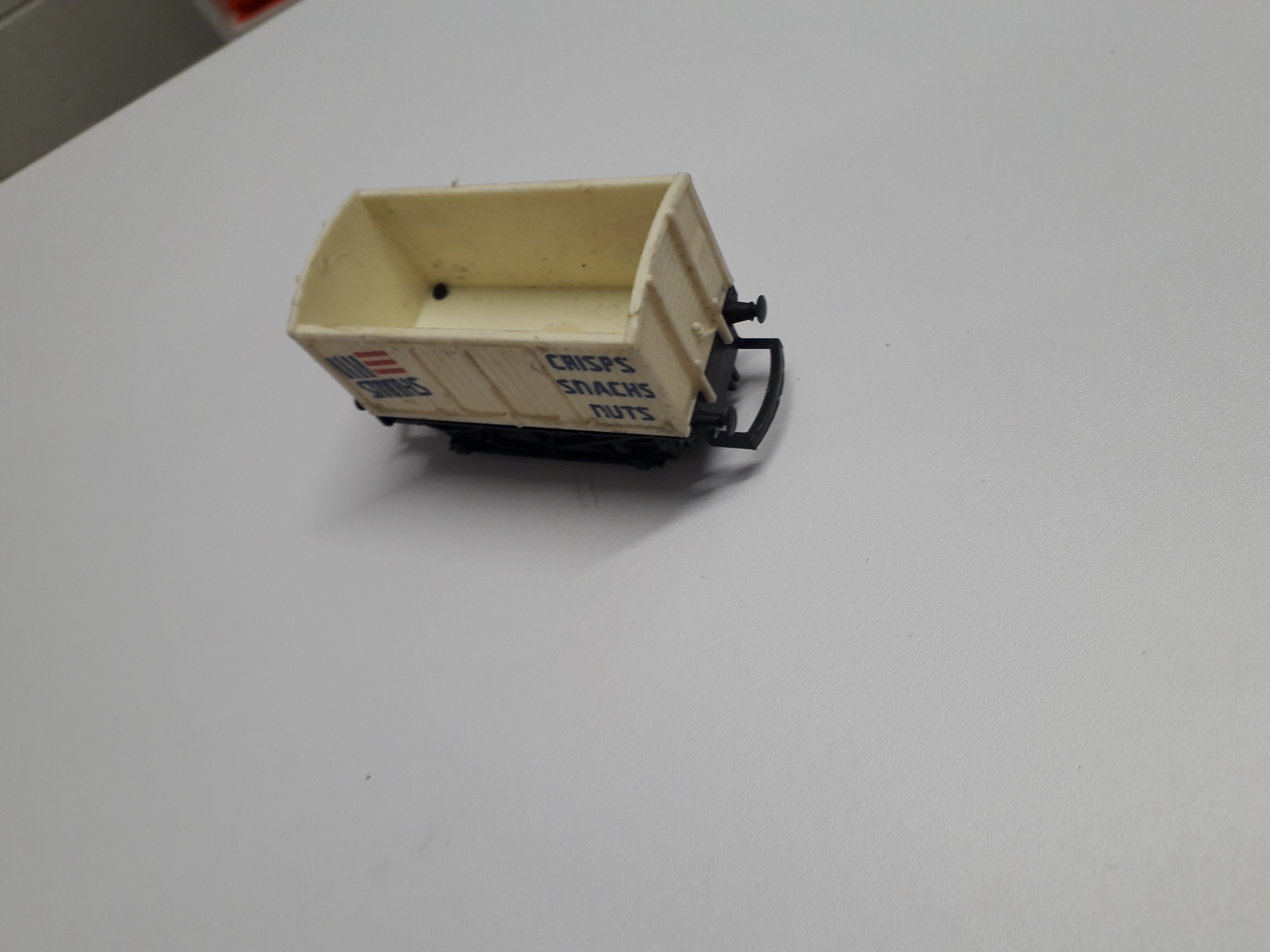 R135 Hornby Smiths Crisps Van, missing roof and coupling hooks