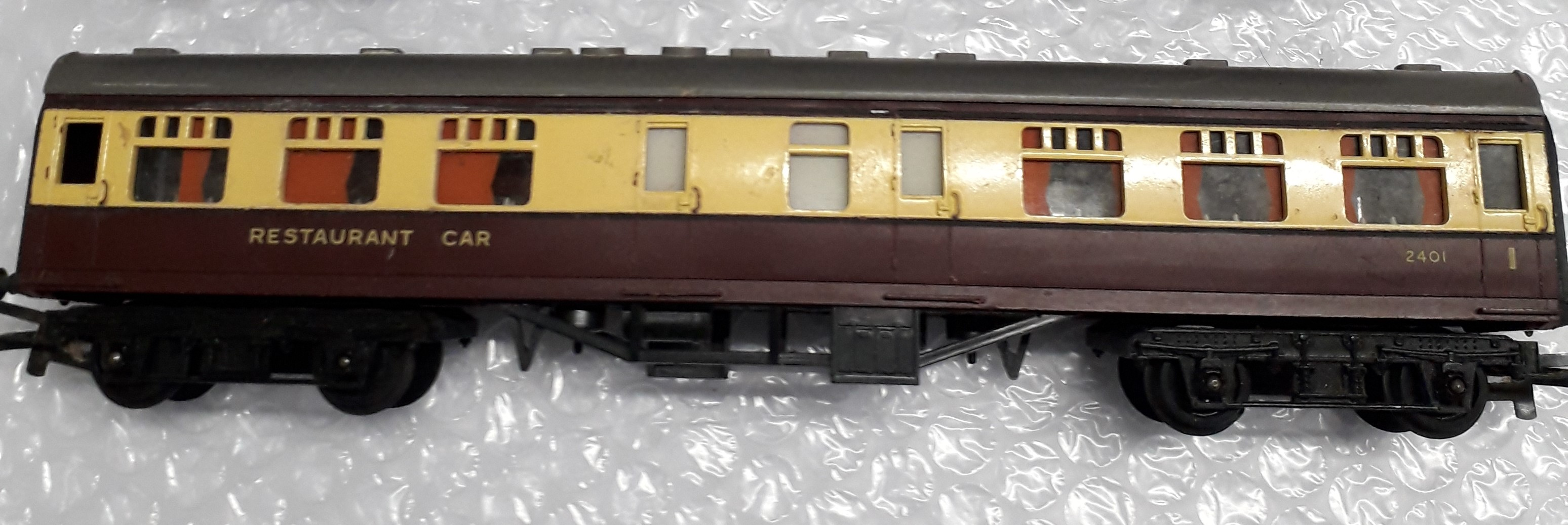 R224 Triang/Tri-Ang BR 9in Restaurant 1st, Maroon and Cream 2401