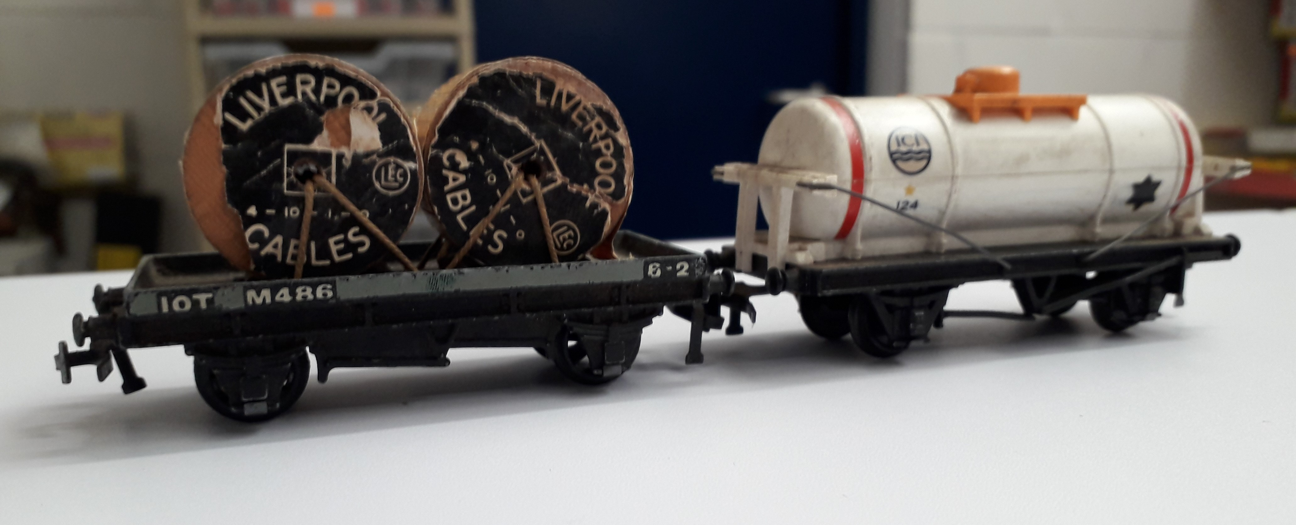2x Hornby Dublo Wagons Cat No 4675 ICI Chlorine Wagon 124 White End Supports & Cat No 32086 D1 Low-Sided Wagon BR M486 Grey With Liverpool Cables Wooden Drum load
