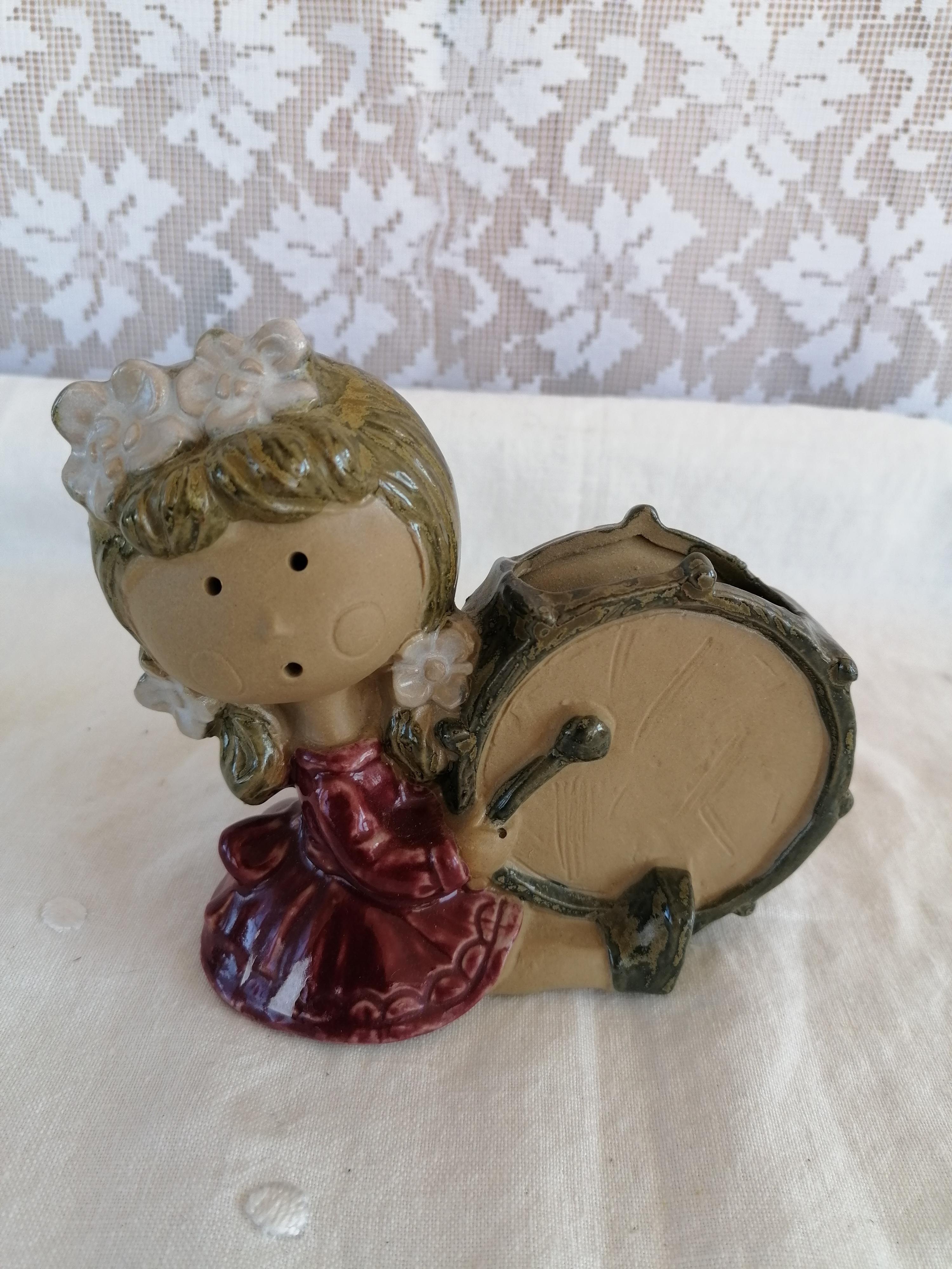 Figurin flicka med trumma