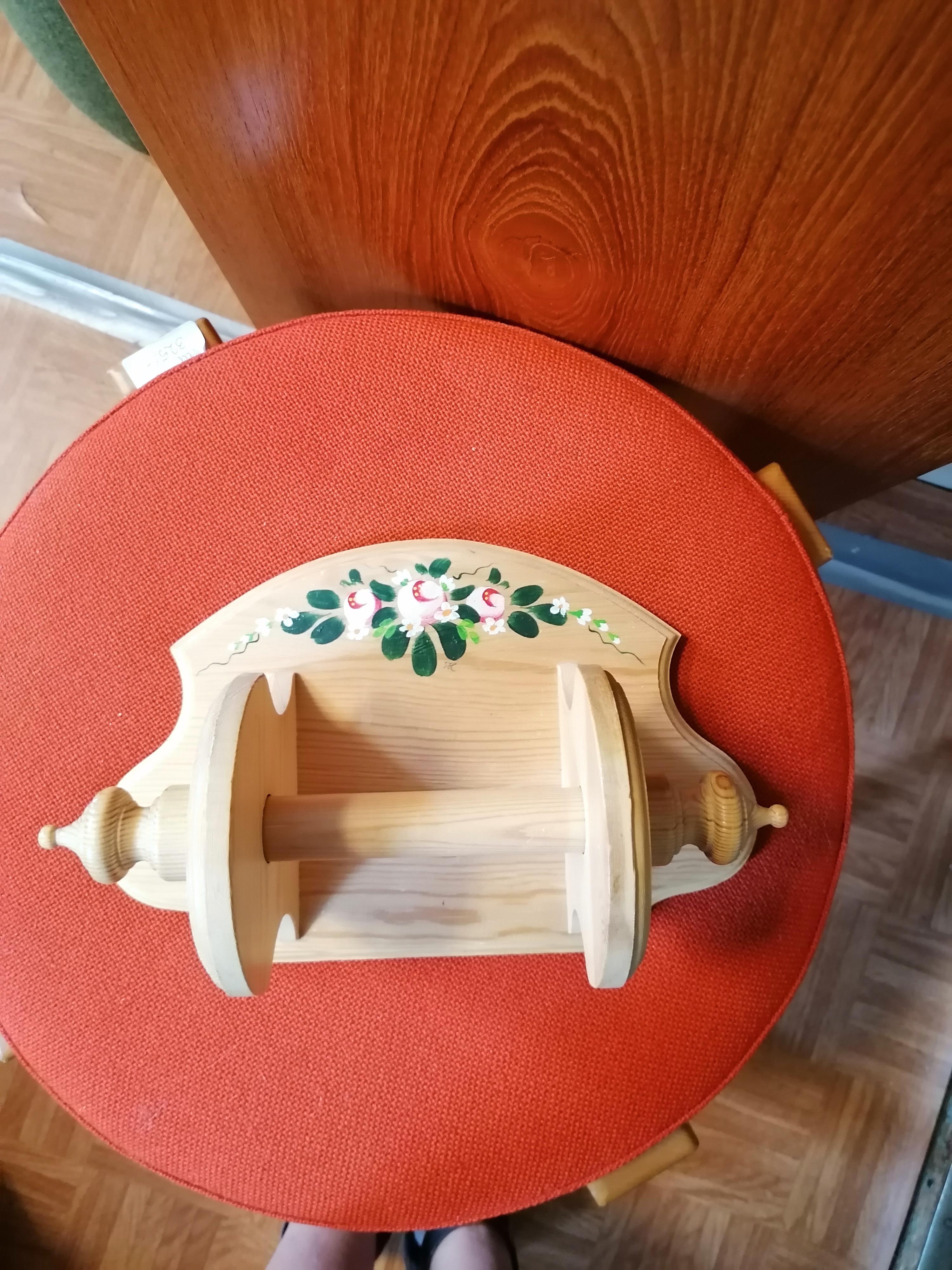 Toarullshållare trä handmålad