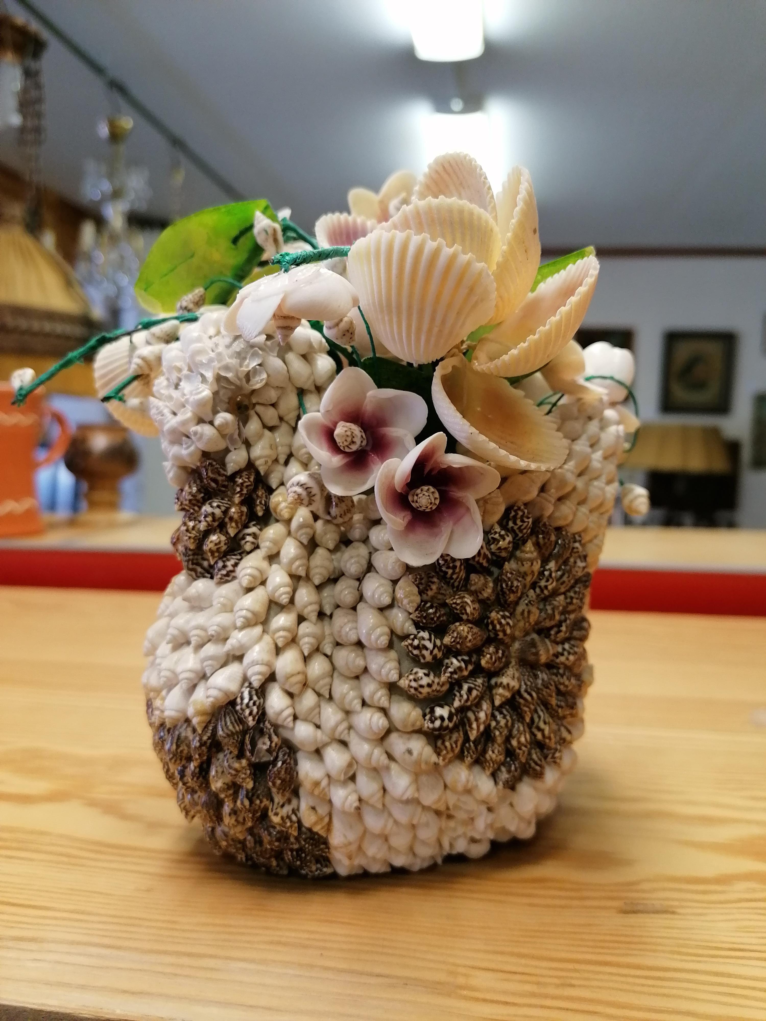 Svan med blommor gjord av snäckor 50-tal