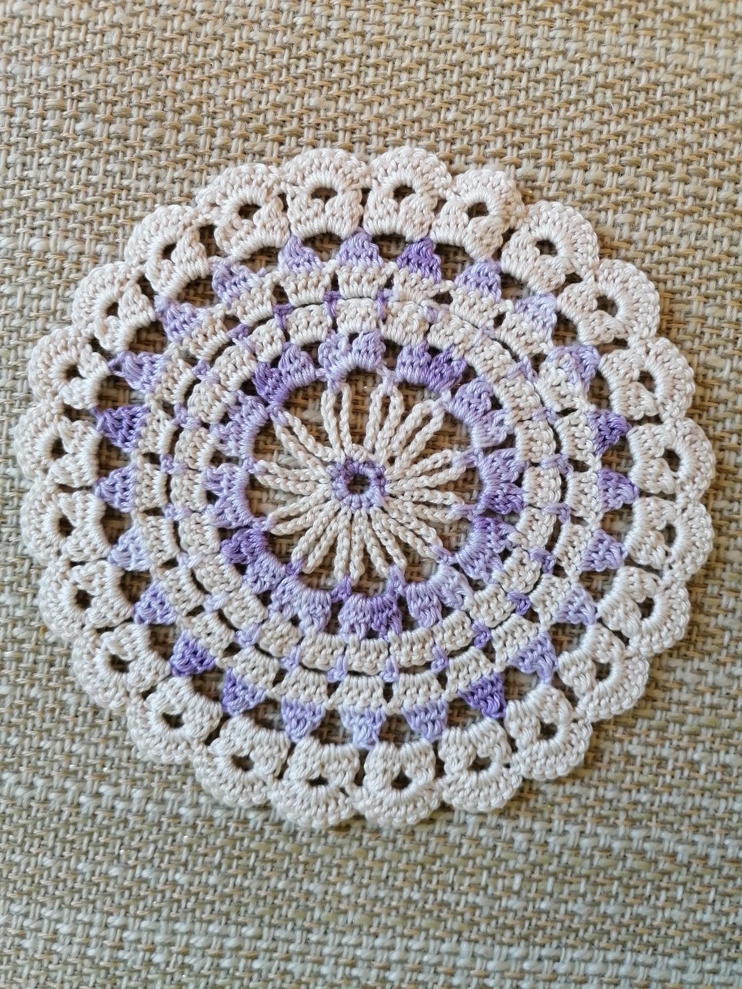 Virkade dukar i lila och beige