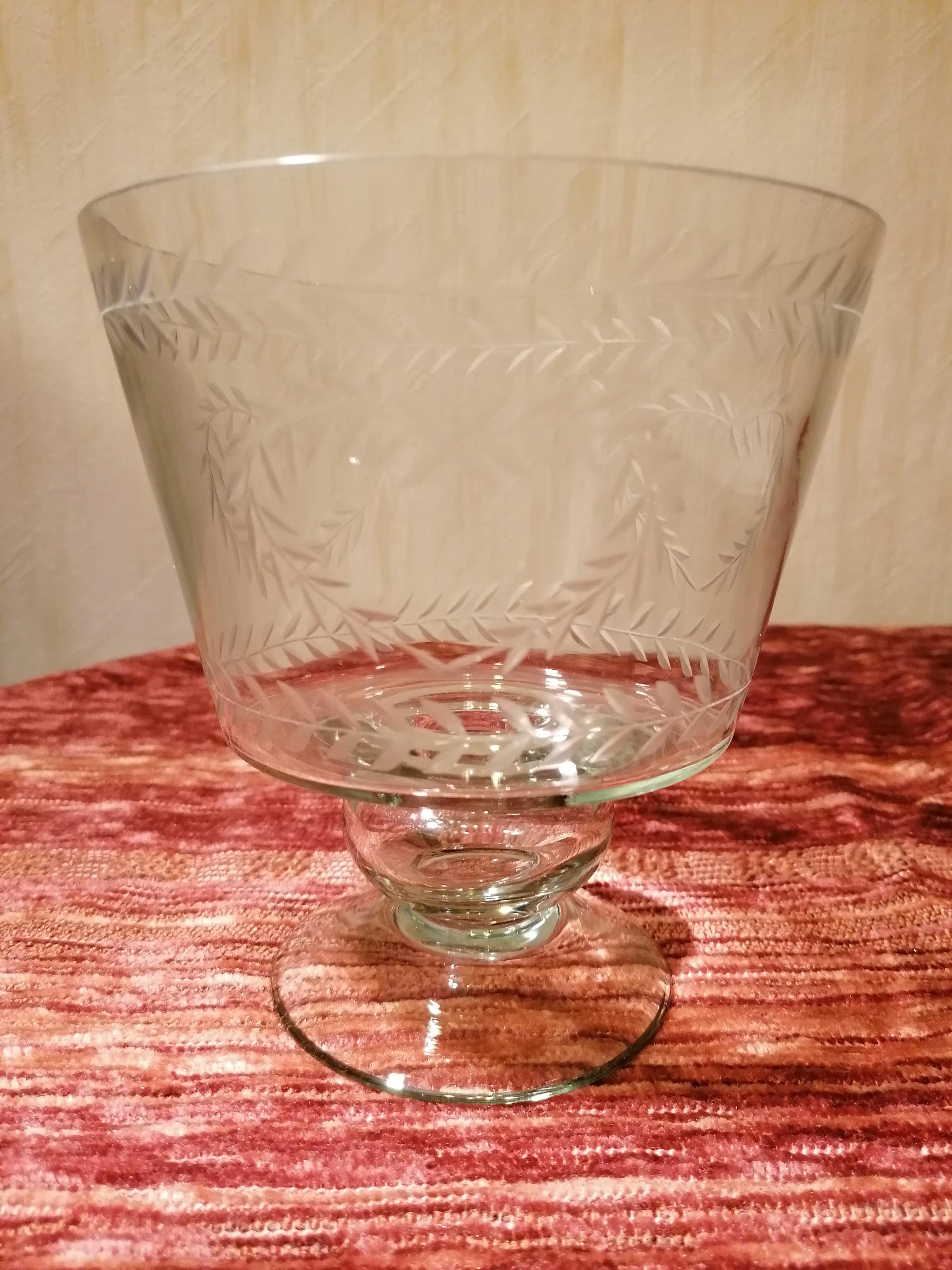 Skål i glas på fot graverad