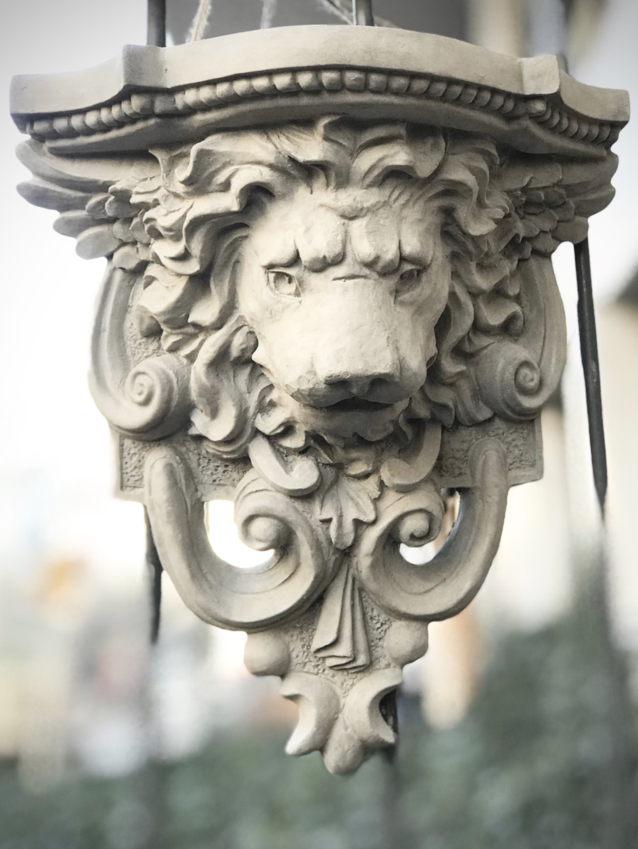 Lejon med hylla i betong