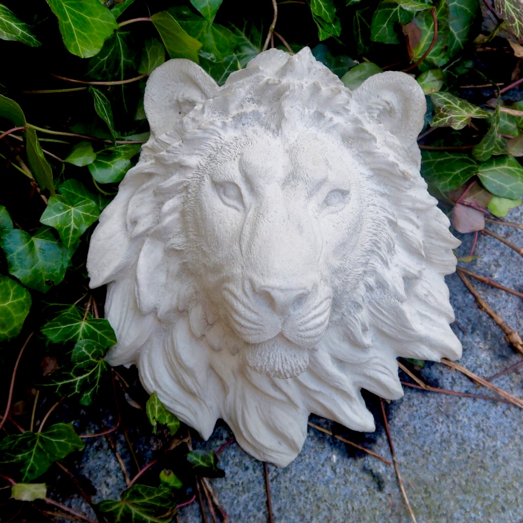 Lejonhuvud i betong