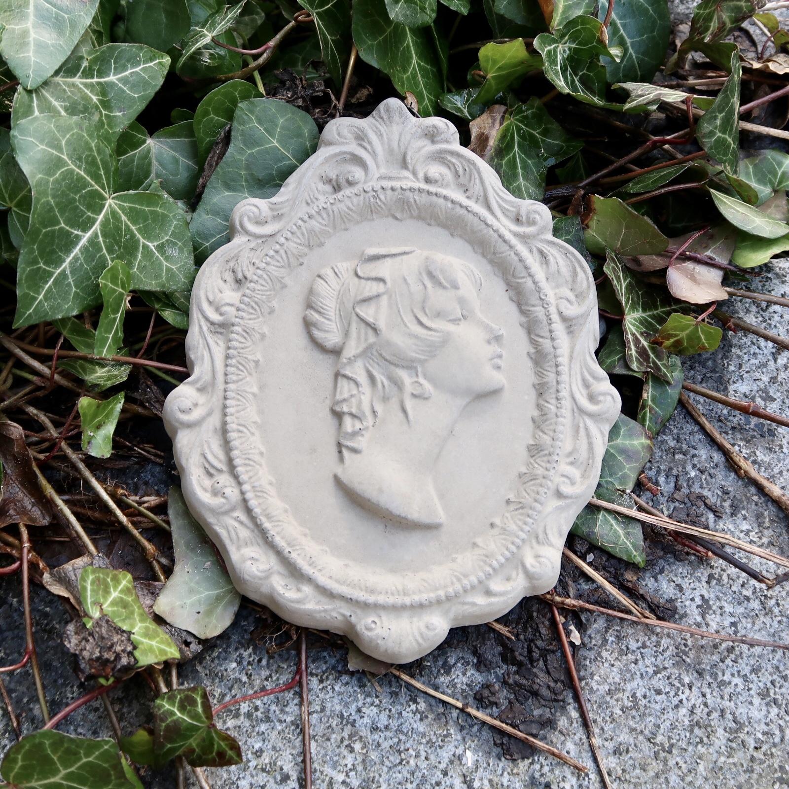 Stor medaljong kvinna i betong