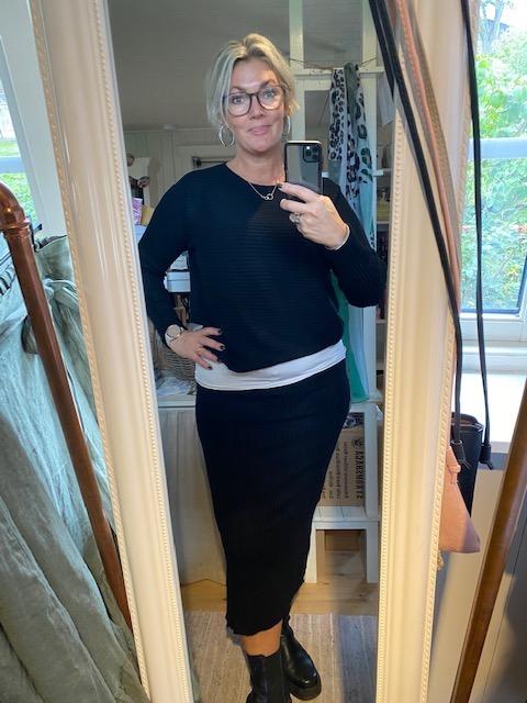Stickat set, kjol & tröja