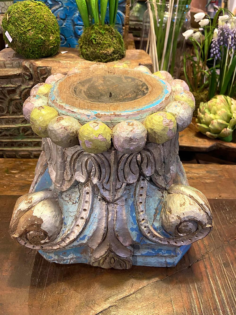 Vanha intialainen kynttilänjalusta