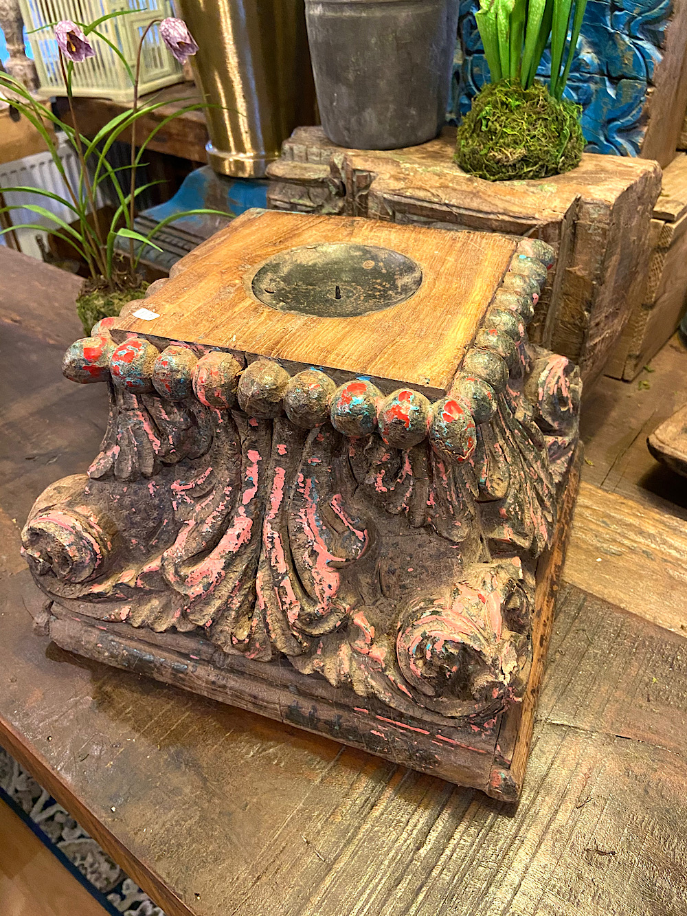 Intialainen vanha pilari kynttilänjalusta