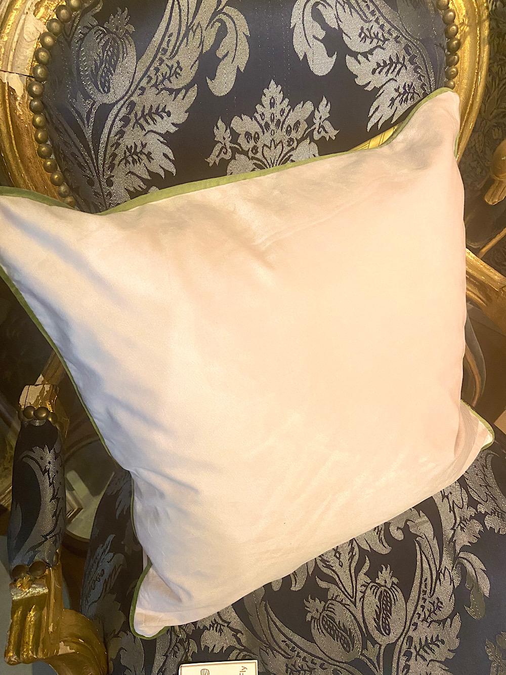 Vanilla Fly tyynynpäällinen Nainen ja Kakadu