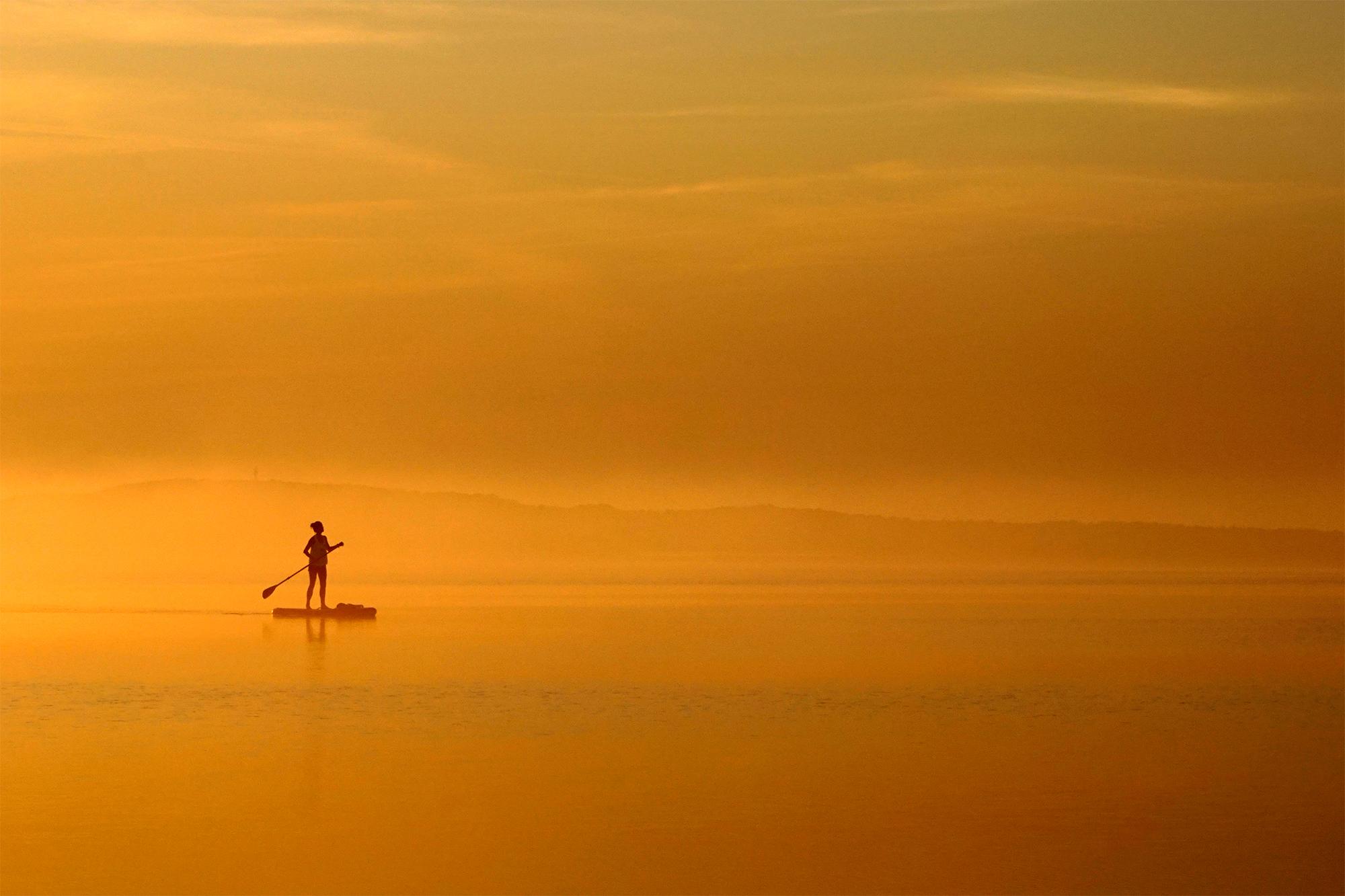 Stand Up Paddlerin im Morgennebel / Leinwand auf Keilrahmen 120 x 80 cm