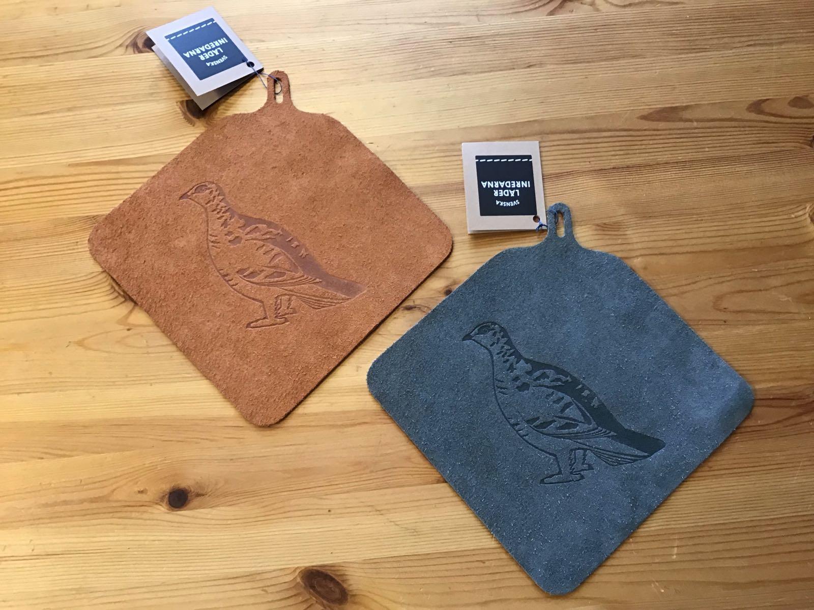 Grytlapp i ekologiskt garvat läder med motiv av ripa