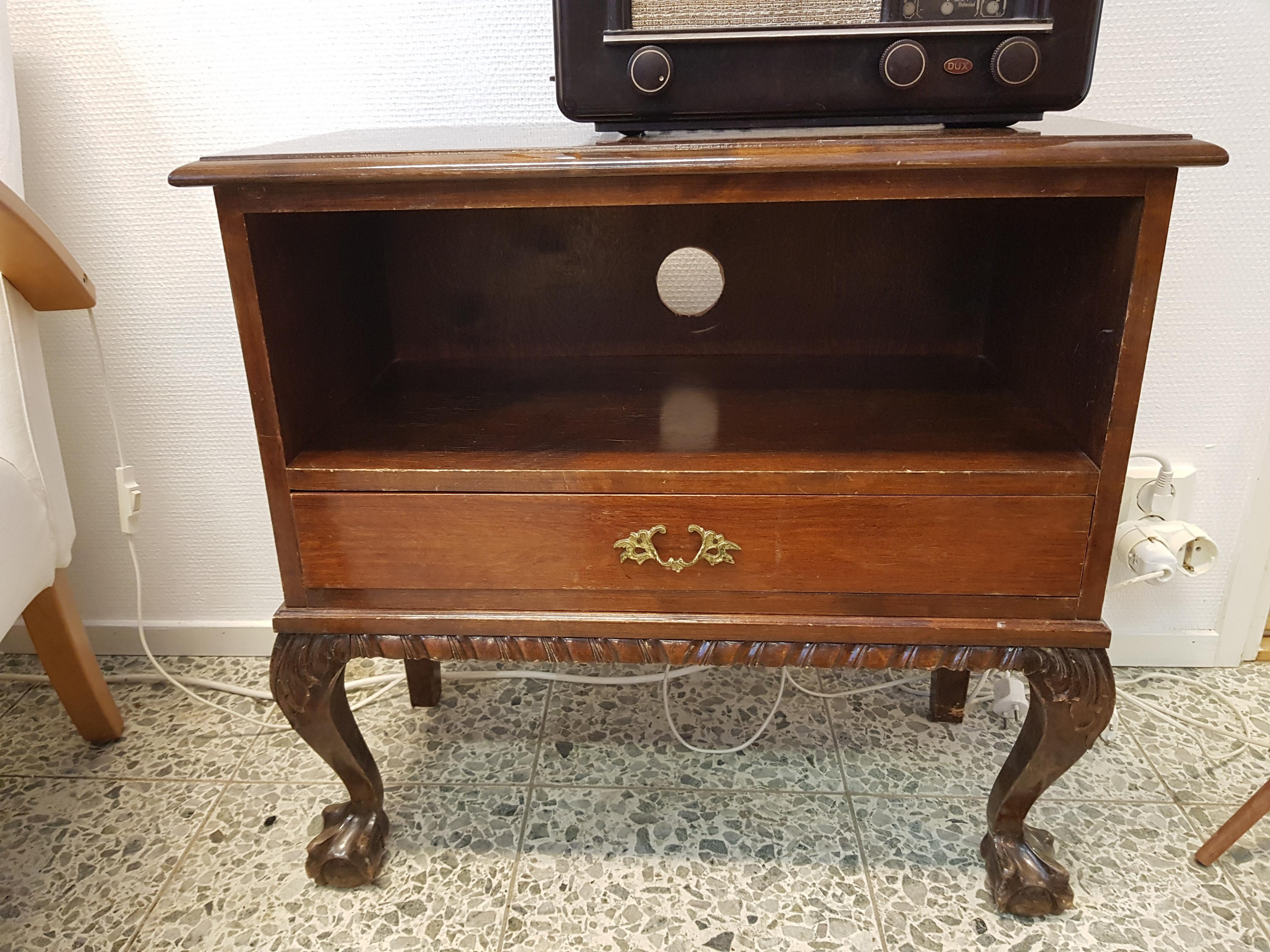Chippendale lipasto/radiopöytä