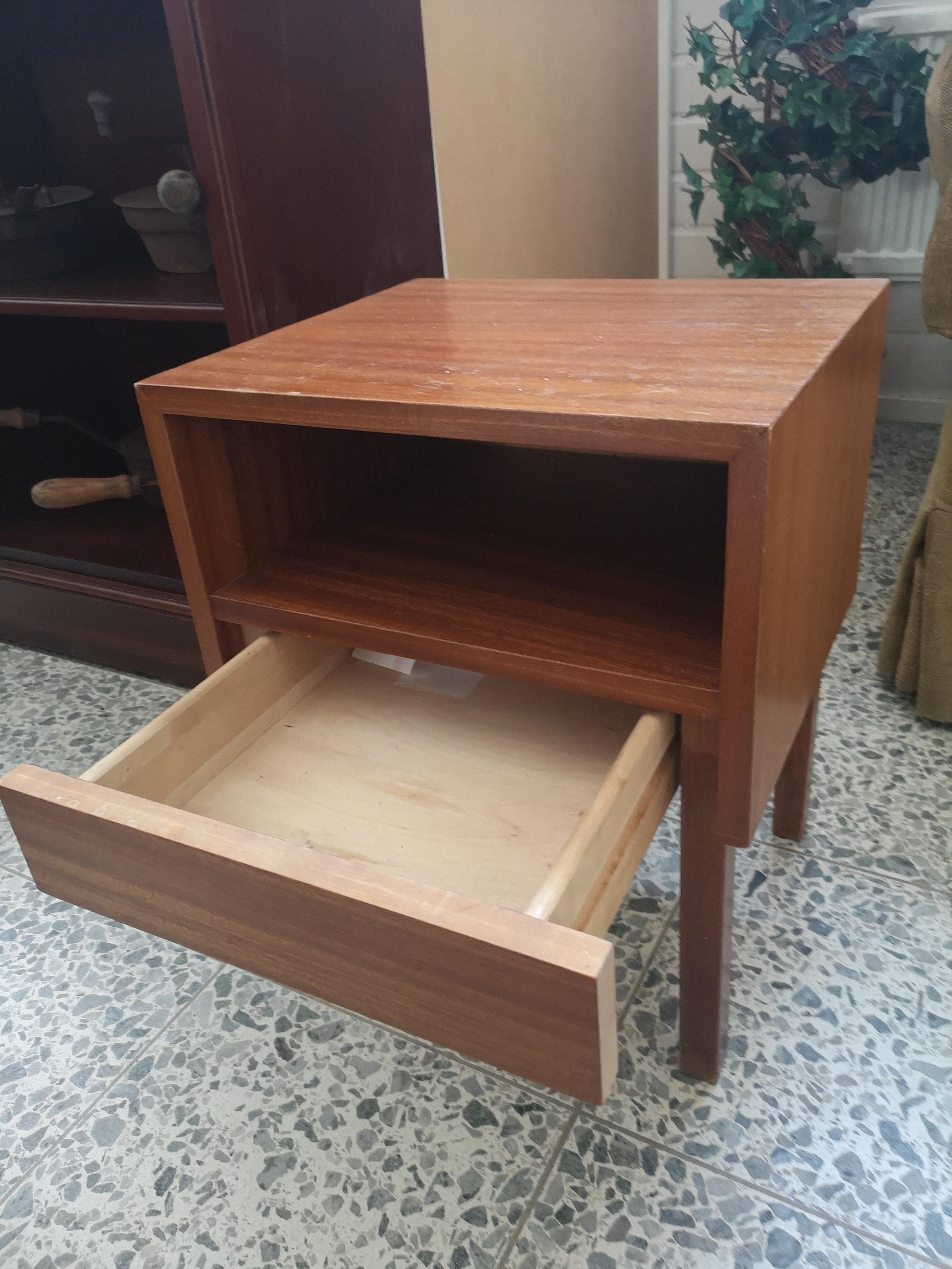 Tiikkinen yöpöytä