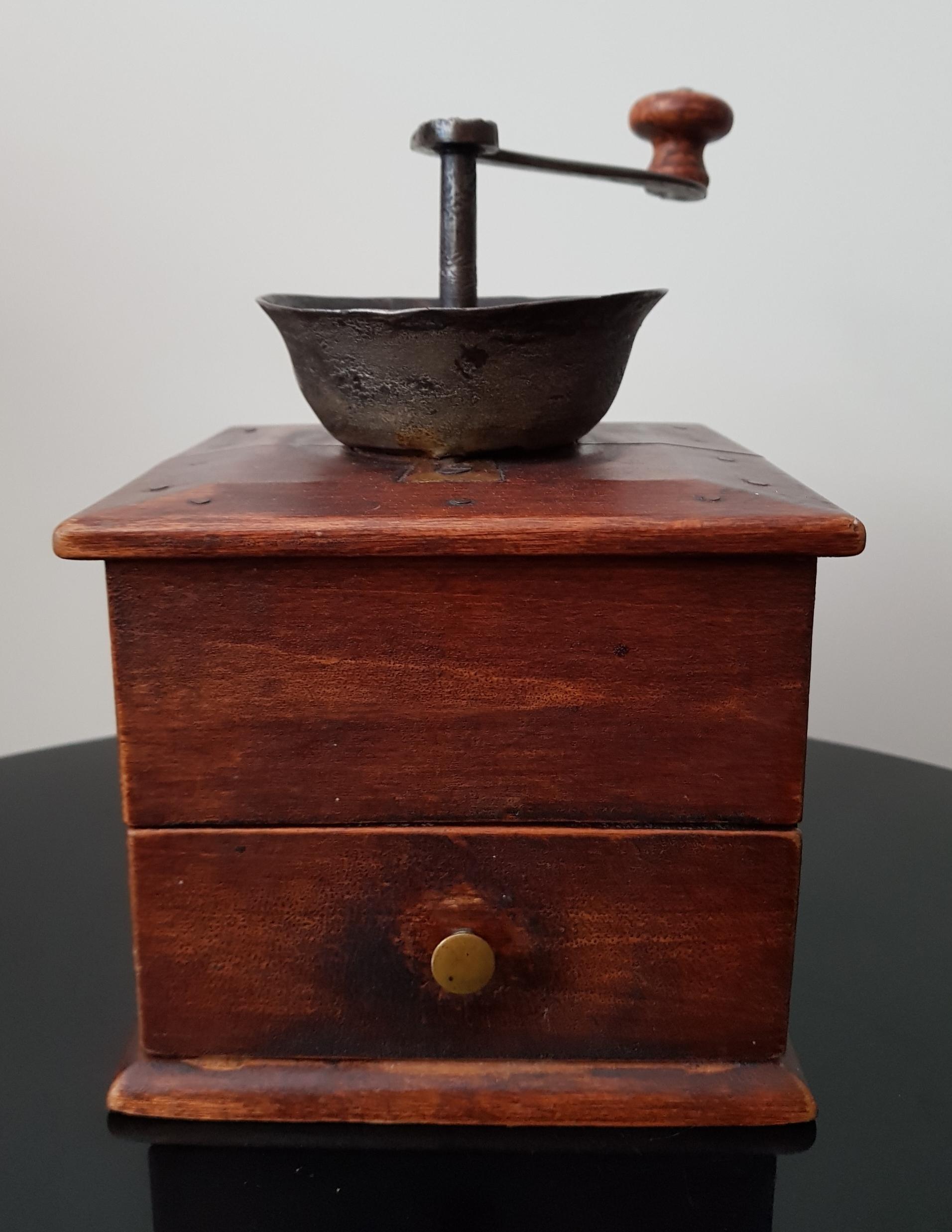 Vanha puinen kahvimylly