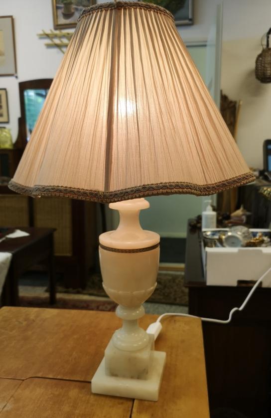 Pöytälamppu alabasteria