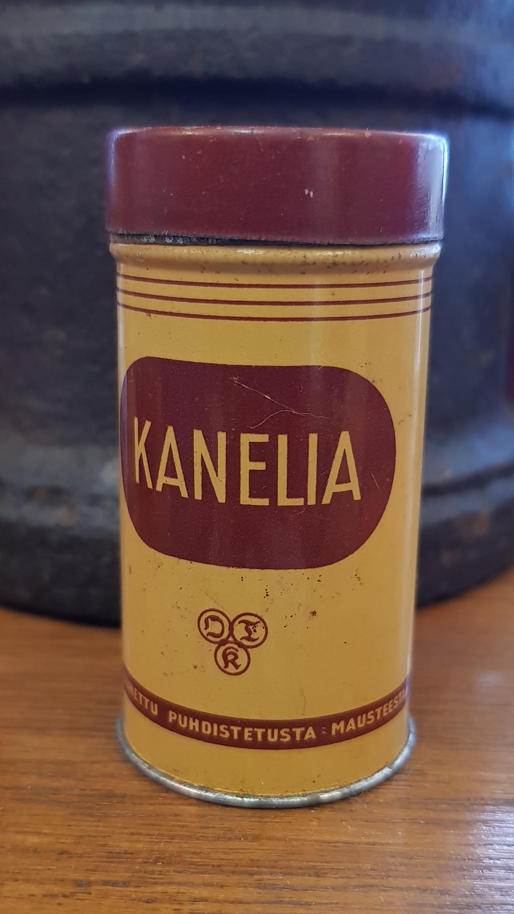 Vanha peltinen maustepurkki, kanelia
