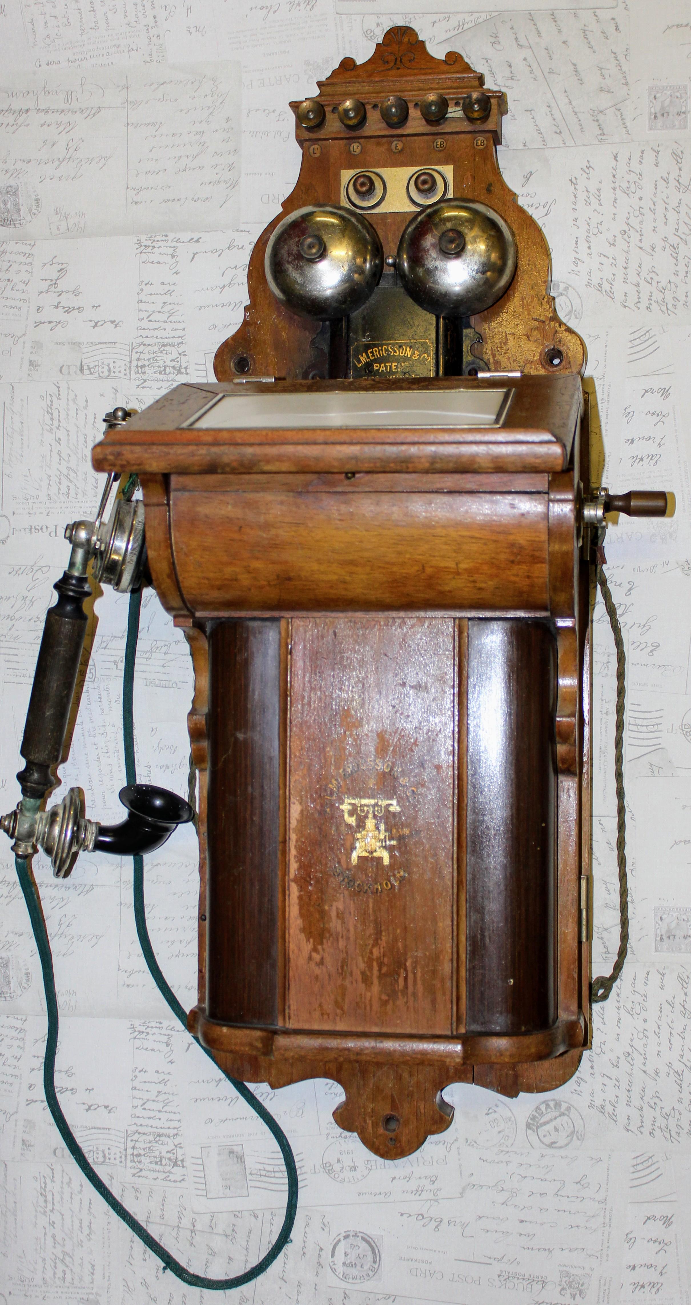 Vanha L&M Ericsson puhelin