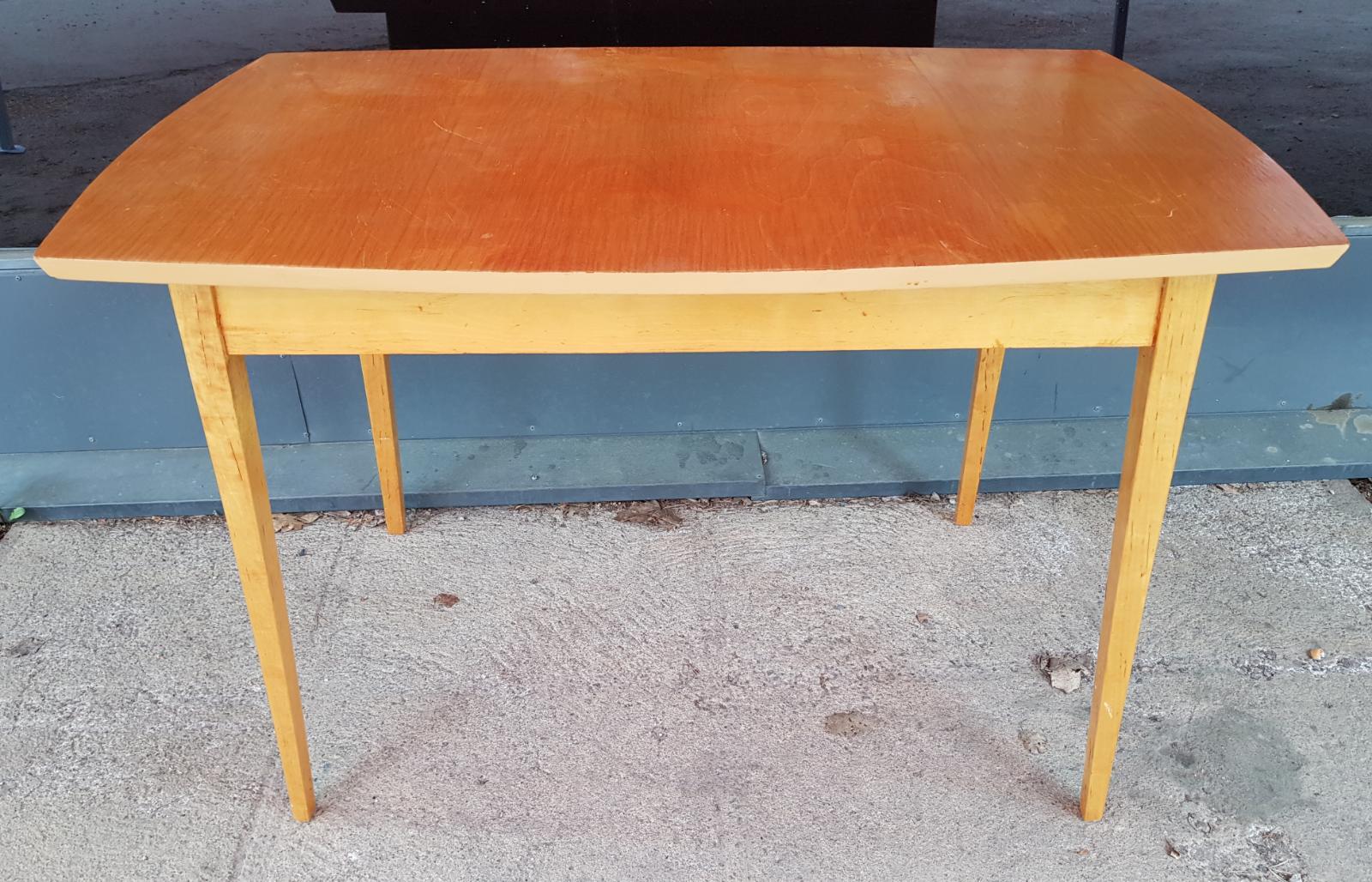 Siro ja pieni vintage koivupöytä