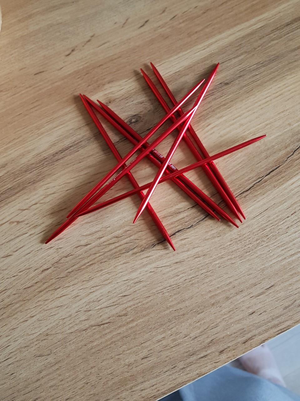 Röd strumpstickor 20 cm