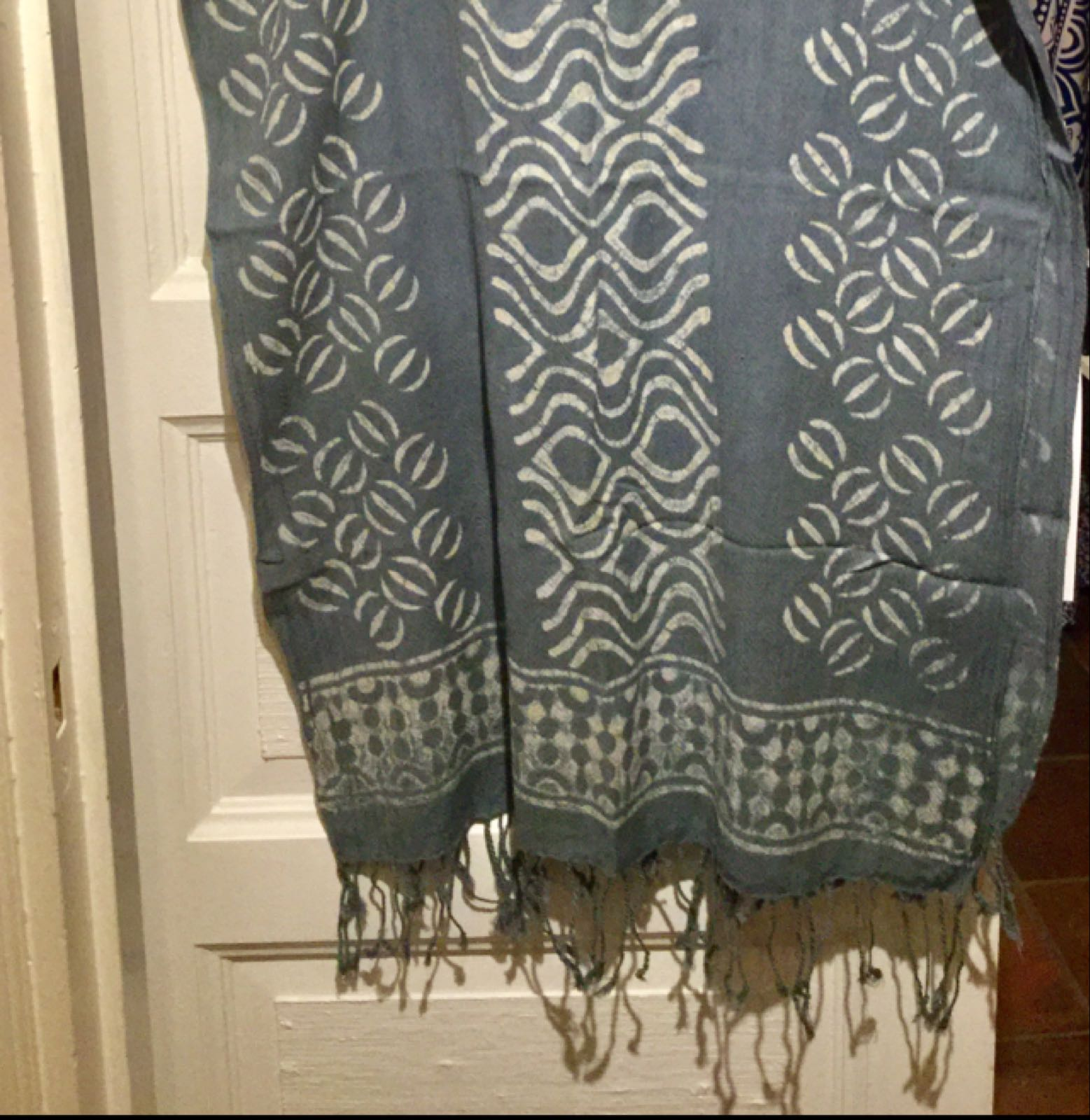 Handtryckt sjal grå 299:-