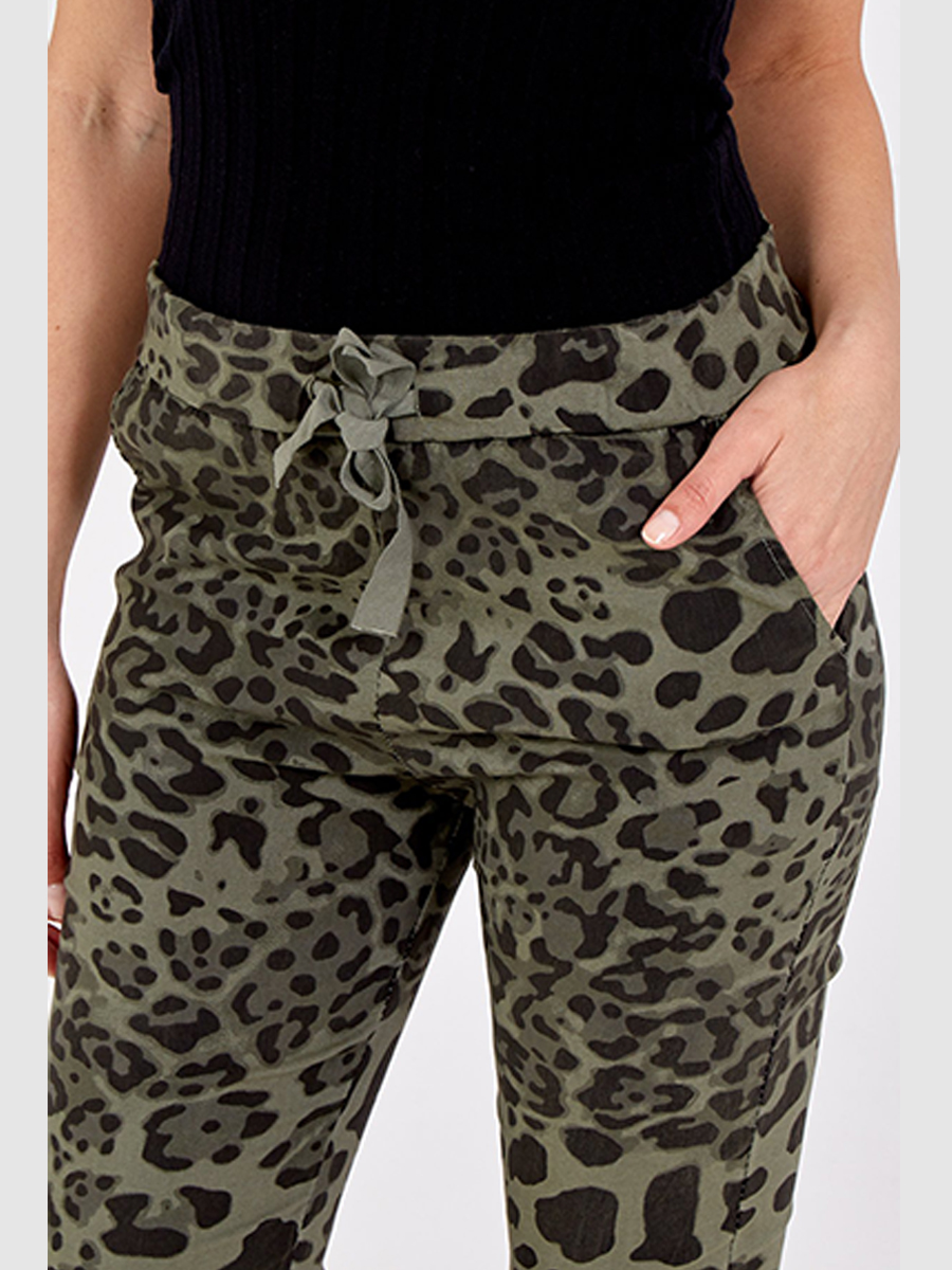 NV1064 Cropped Leopard Print Joggers