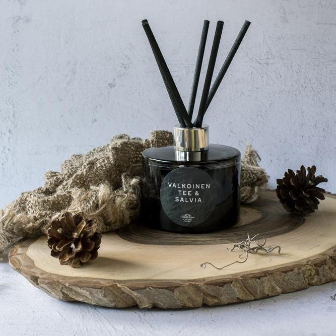 Ylellinen huonetuoksu Valkoinen Tee & Salvia 200ml - Hento tee yhdistettynä kukkaistuoksuihin! Tuoksun kesto n. 6-12kk!